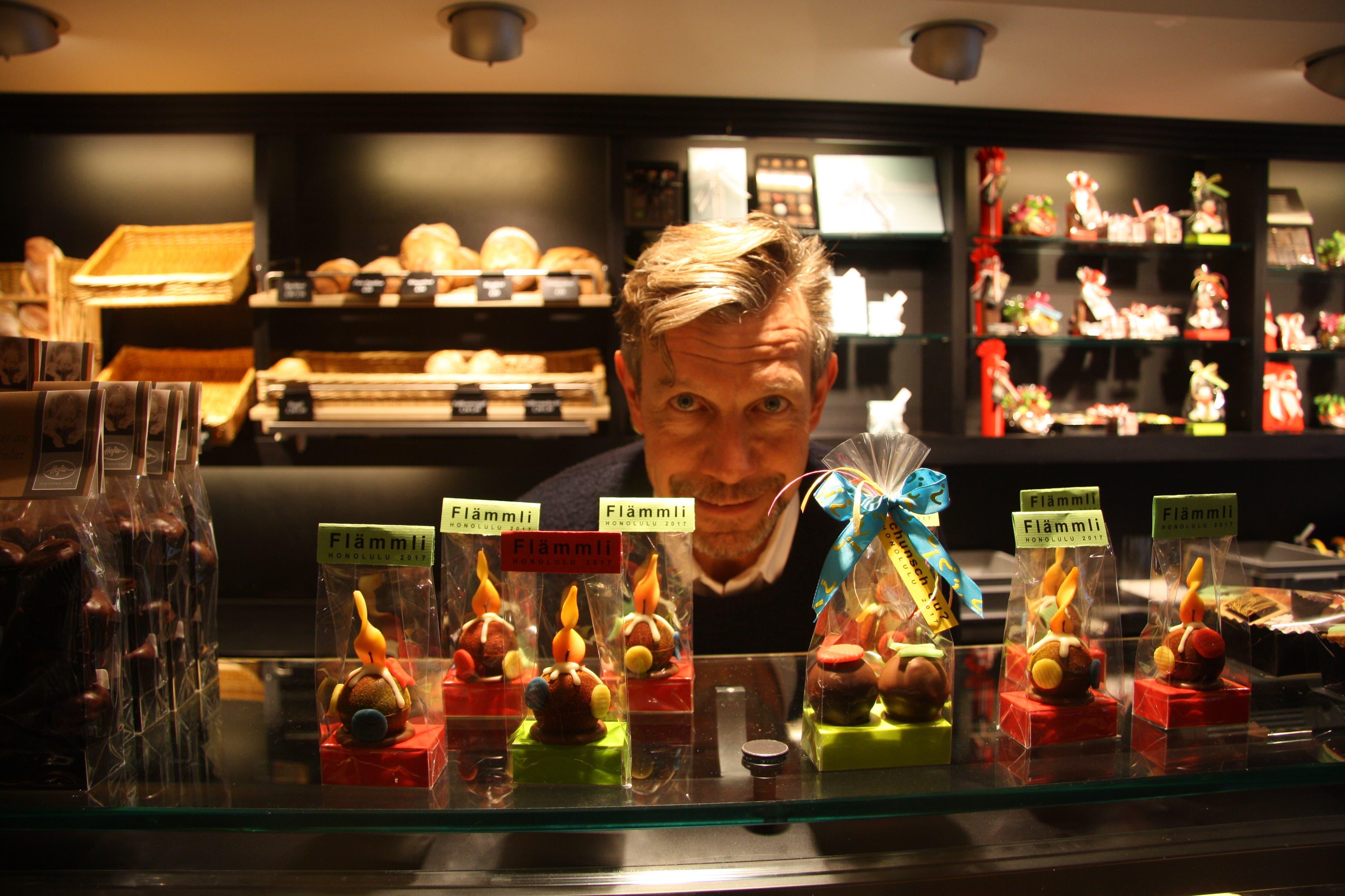 Philipp Hofer präsentiert seine Flämmli und Fasnachts-Truffes.
