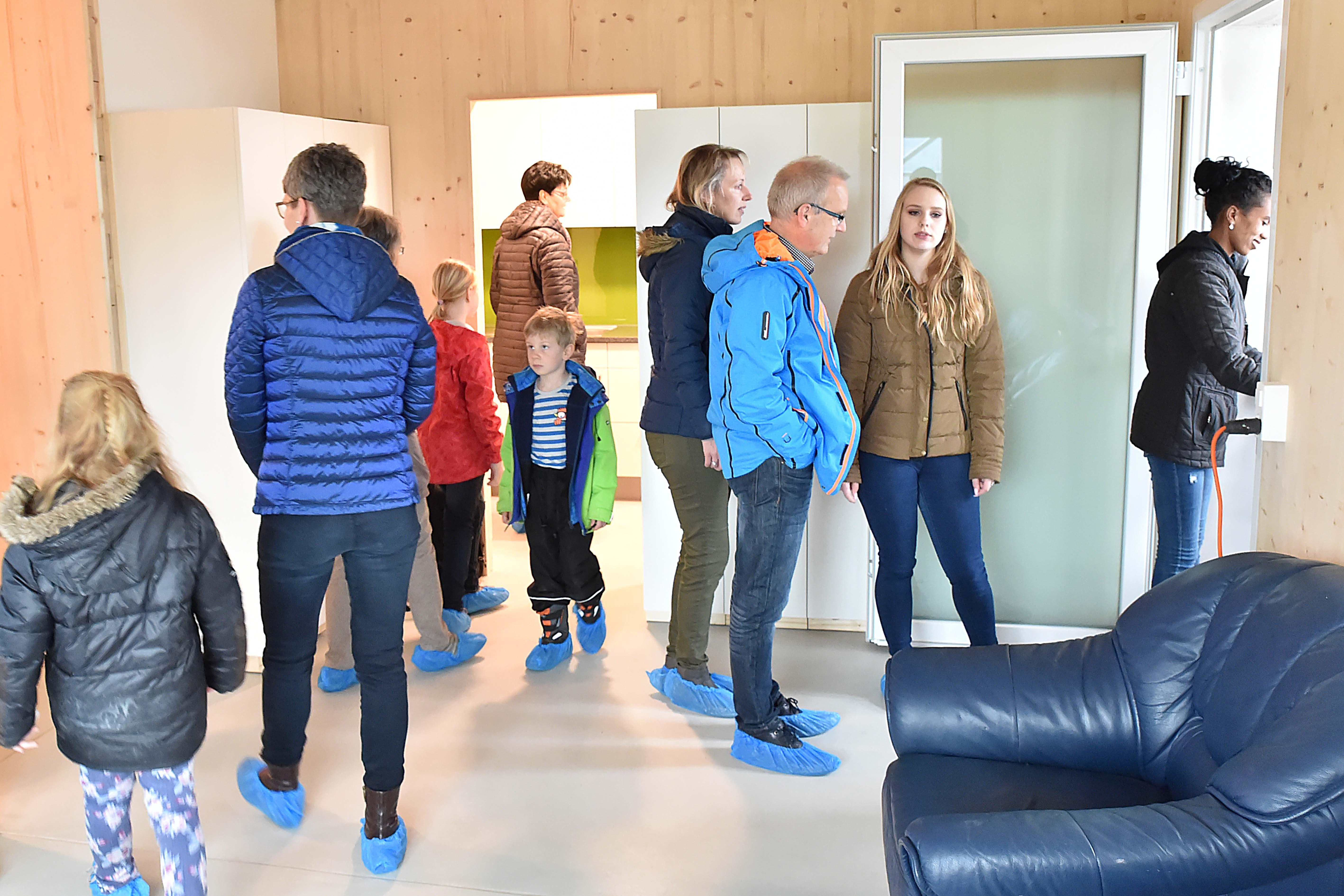 Auch den Wolfwilern scheint das Innere des Asylzentrums zu gefallen. Am Samstag wurde das Gebäude seiner Bestimmung übergeben.