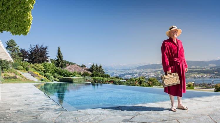 Christoph Blocher in einem Video seiner Partei SVP am Pool seiner Villa. (SVP Schweiz)
