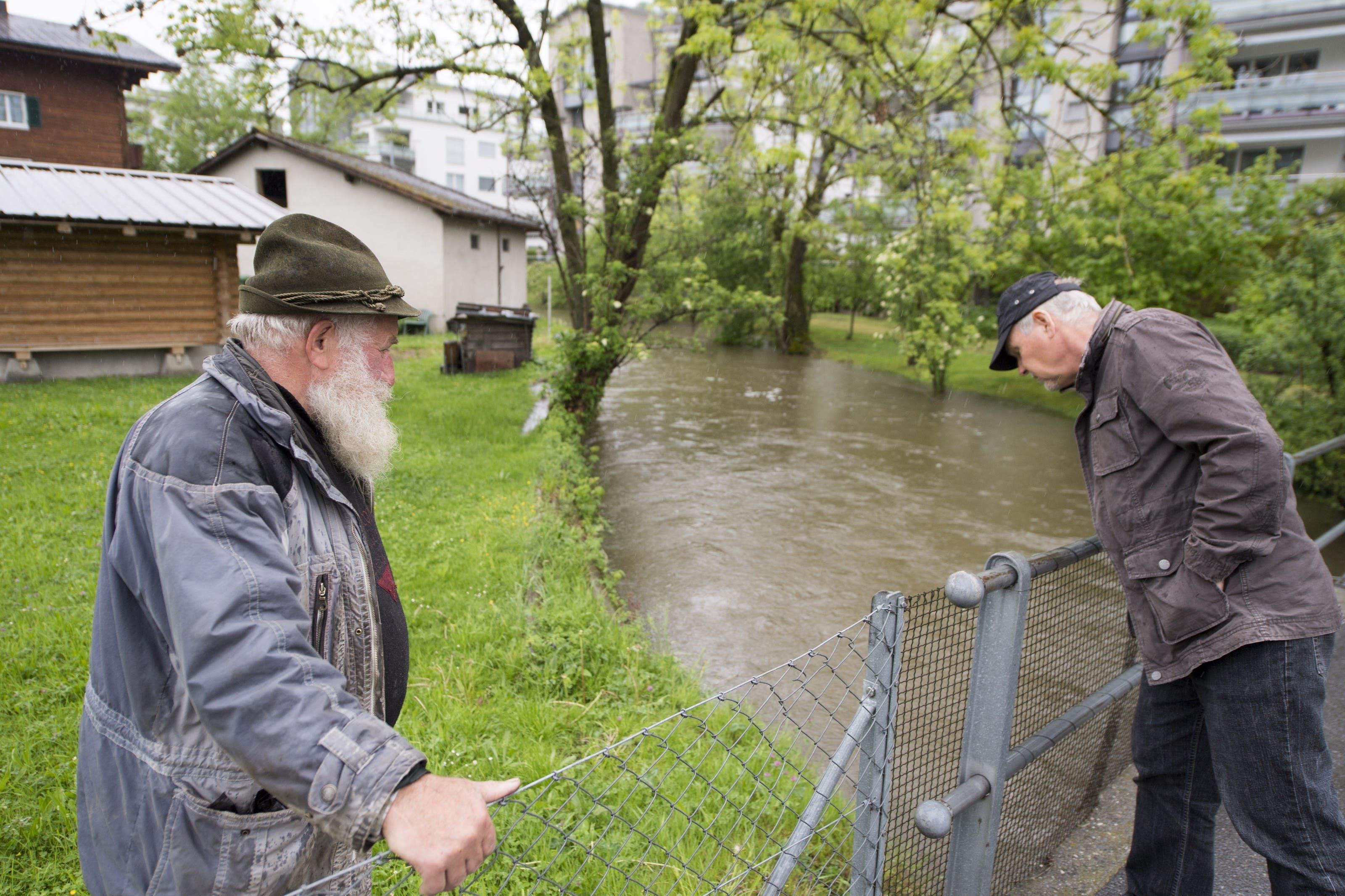 In Stansstad steigt das Wasser im Dorfbach.