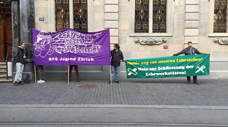 Lehrlinge protestieren gegen die Sparmassnahmen der Zürcher Regierung