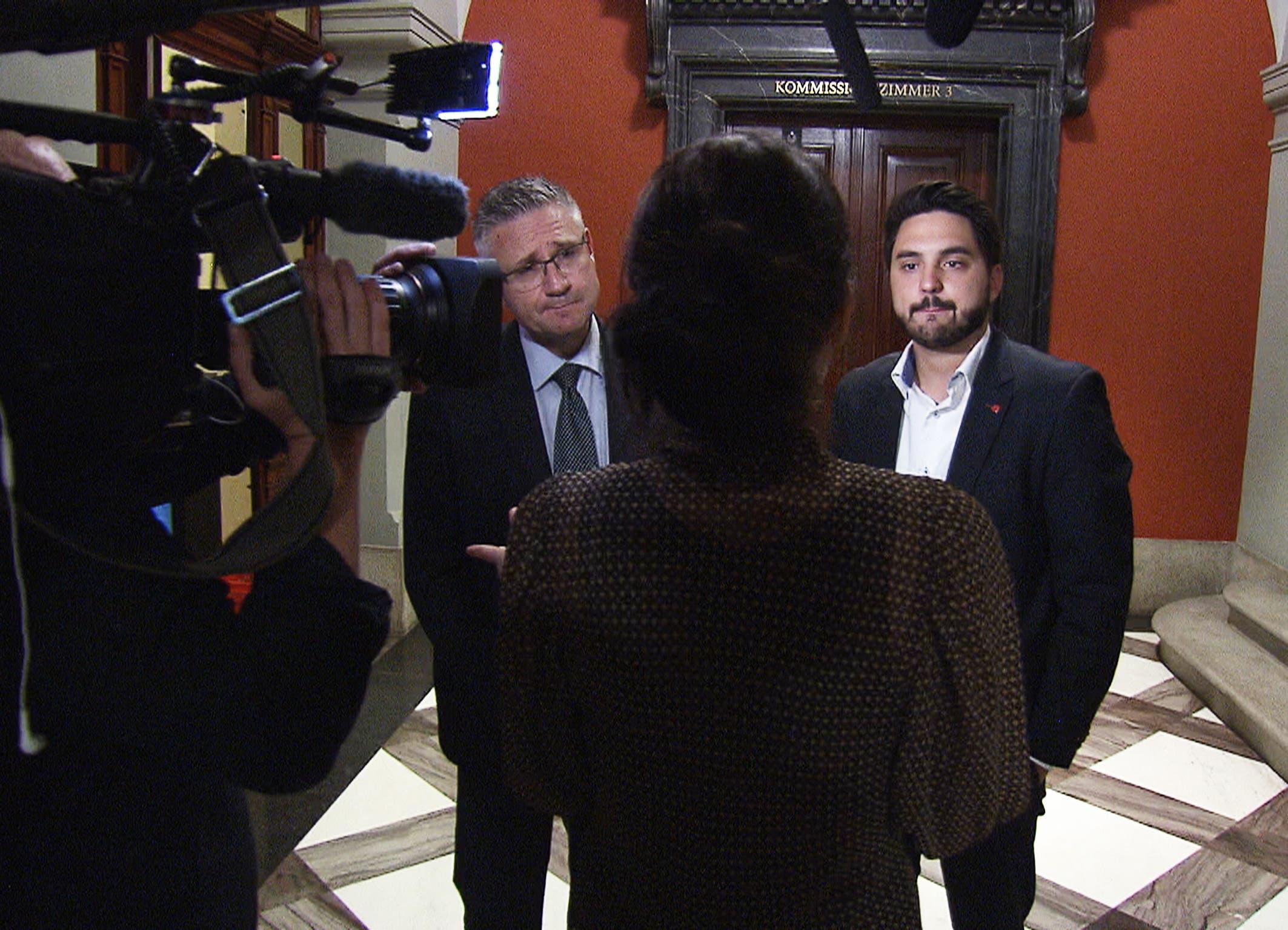 Dokumentarfilmerin Karin Bauer stellt Fragen vor dem Kommissionszimmer.