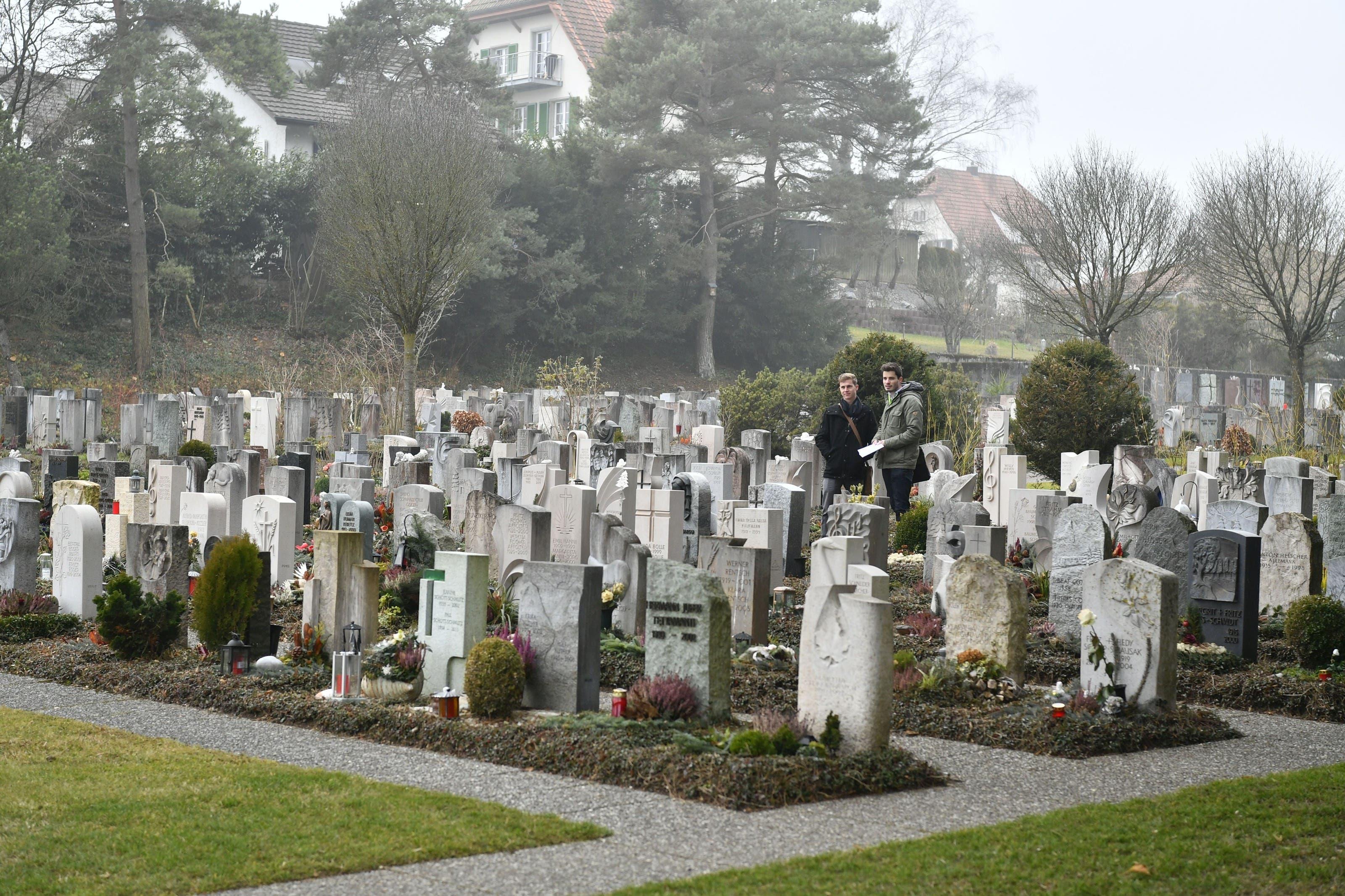 Grabfeld mit individuellen Grabsteinen