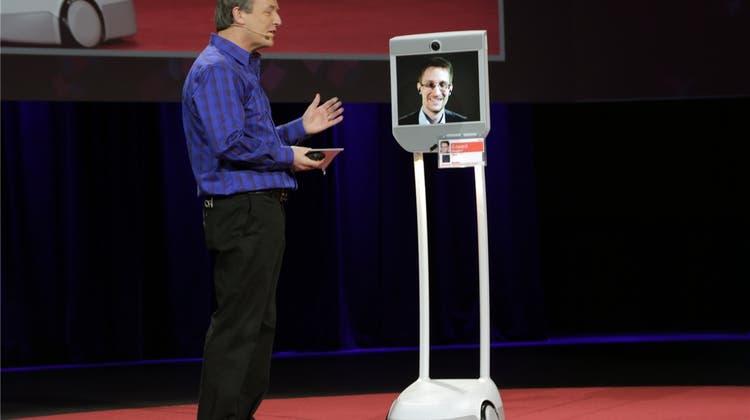Vom Whistleblower zum Roboter: Wie Edward Snowden trotz Haftbefehl in den USA auftreten kann