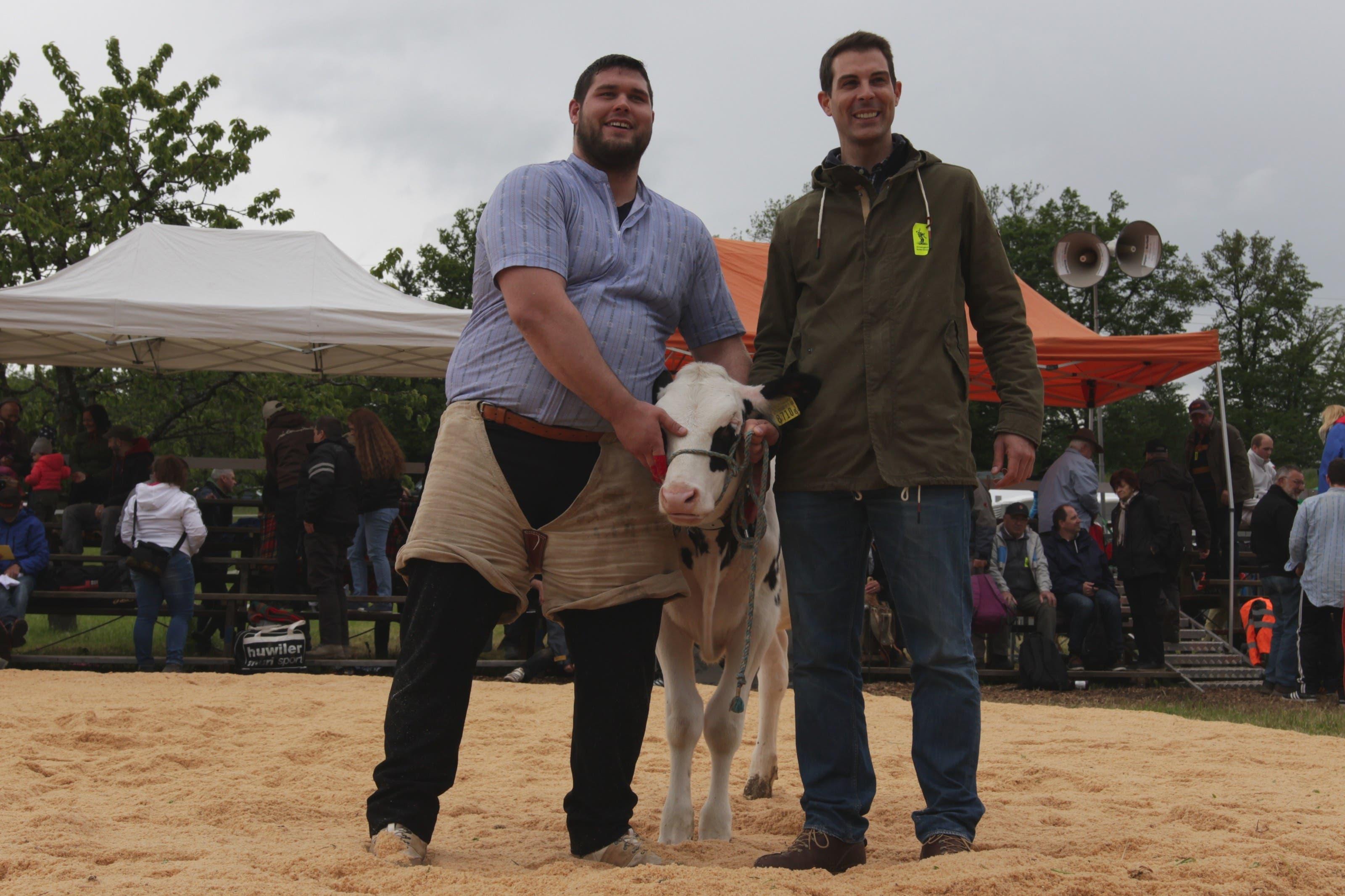 FDP-Nationalrat Thierry Burkart übergibt dem Baldegg-Schwinget-Gewinner Tiago Vieira als Lebendpreis das Kalb Adele
