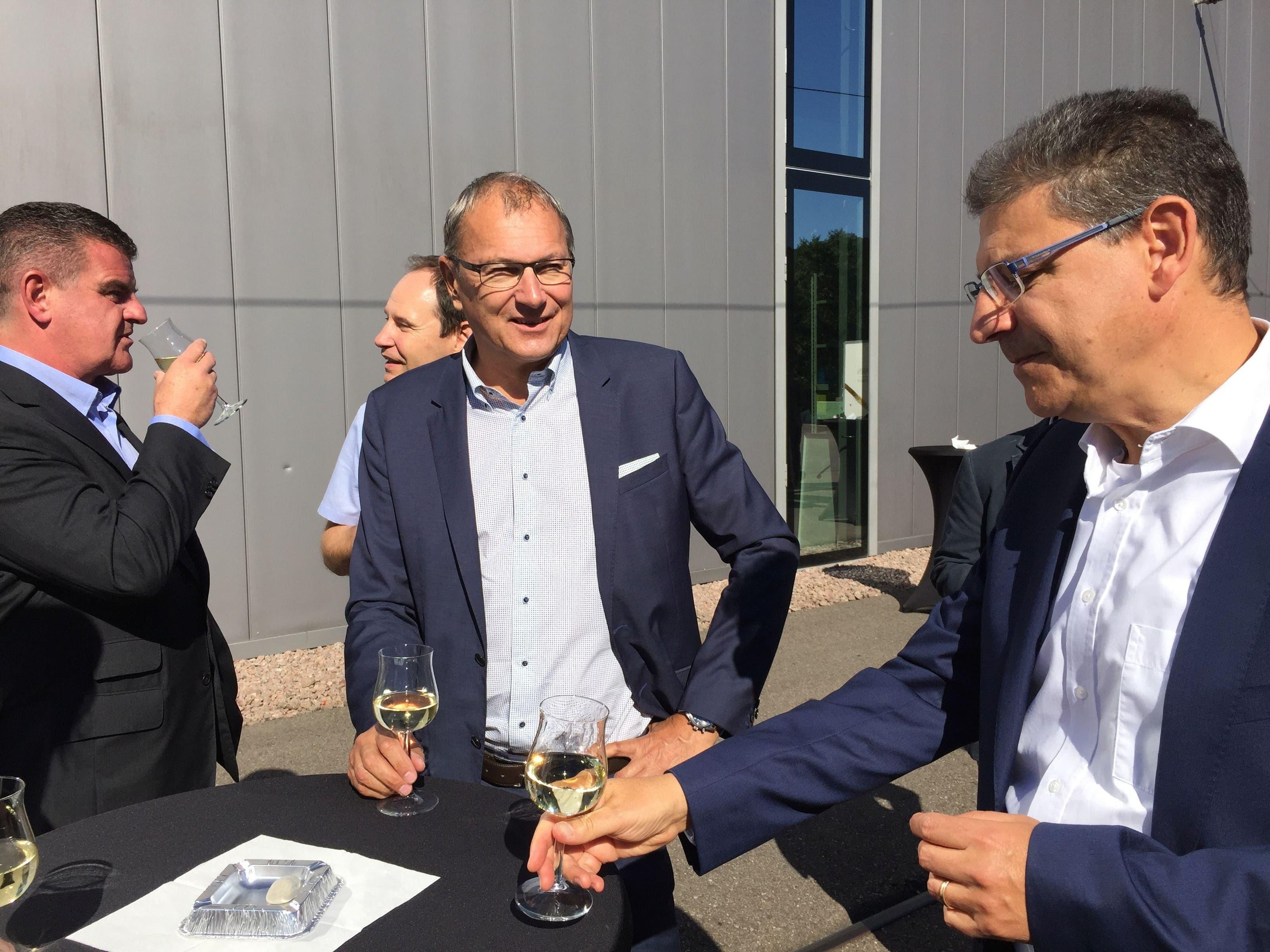 Stadler-Rail-Chef Peter Spuhler, BLT-VT-Präsident André Dosé und BLT-Direktor Andreas Büttiker (v. l.) feiern das Happy End der Tango-Beschaffung.