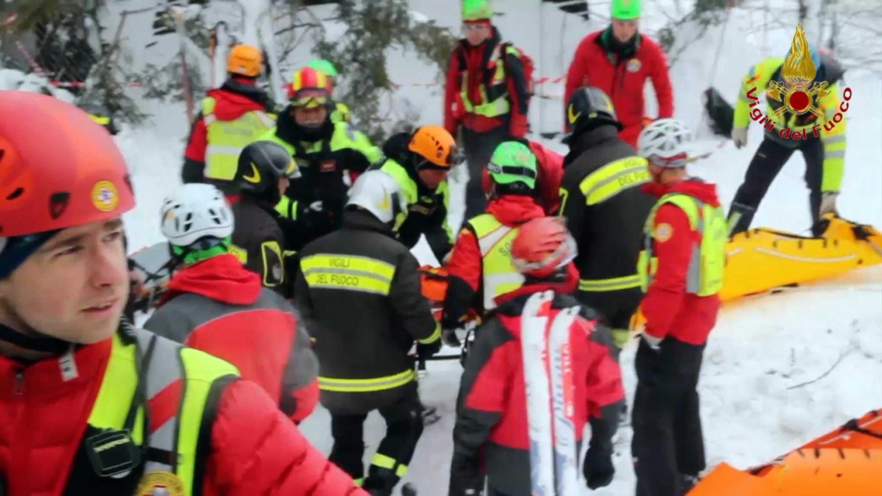 Ein Wunder? In der Nacht auf Samstag wurden weitere Überlebende aus dem Hotel in Farindola geborgen, darunter die vermisste Schweizerin.