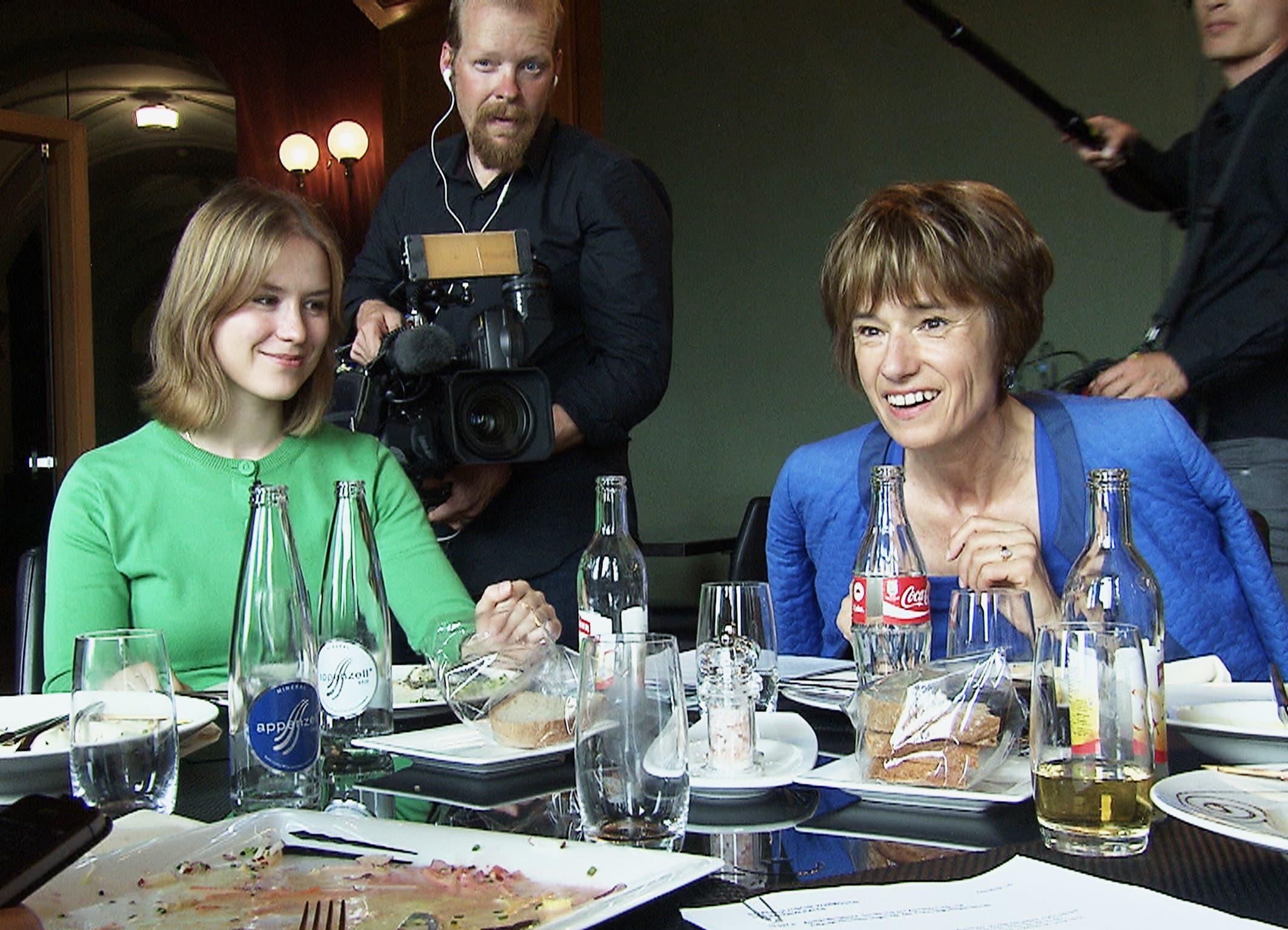 Aargauer Politiker auf Schritt und Tritt begleitet. Ruth Humbel mit CVP-Mitarbeiterin Stefanie Egger im Bundeshaus-Restaurant.