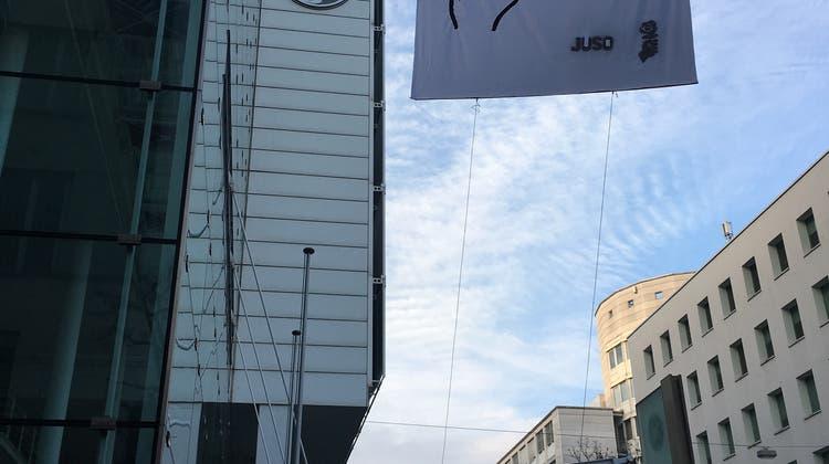 Protest gegen Steuertrick: Aargauer Juso zeigt General Electric den Mittelfinger