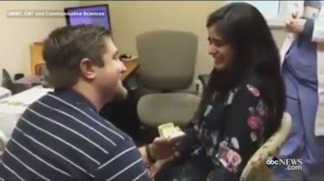 Sie kann zum ersten Mal ihren Freund hören – und er stellt ihr die Frage aller Fragen