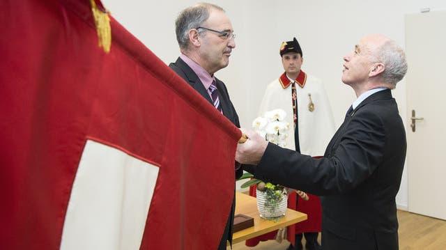 Amtsübergabe von Ueli Maurer an Guy Parmelin am 1. Januar 2016. Der Waadtländer ist der neue Verteidigungsminister der Schweiz.