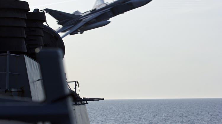 «Aggressive Manöver»: So nah fliegen russische Kampfjets an US-Zerstörer vorbei