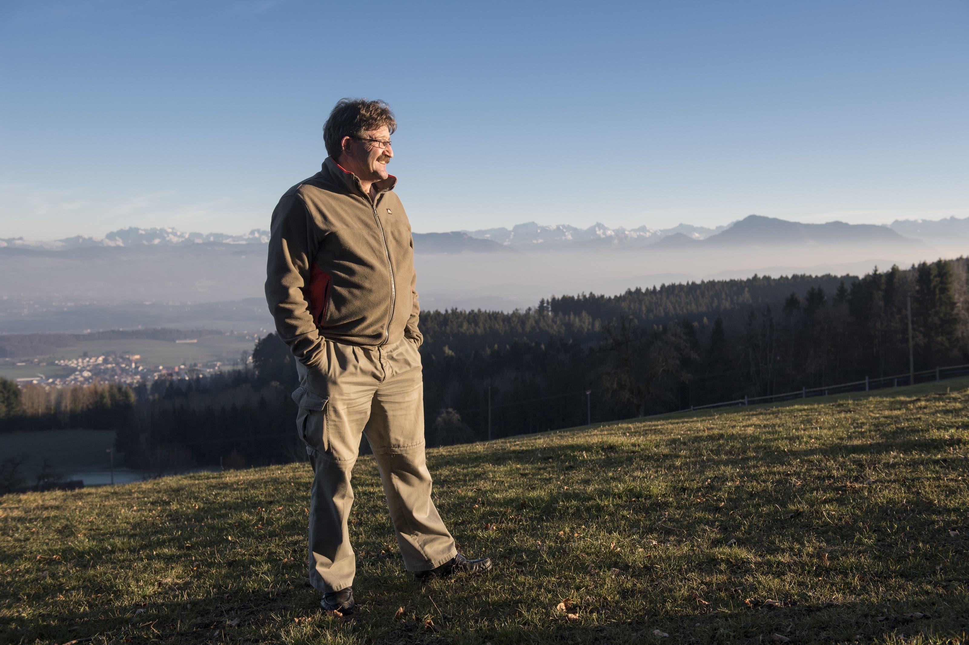 Skiliftbetreiber Alois Waser wartet auf den Schnee. Kein Schnee in Sicht auf der Horben, Skiliftbetreiber Alois Waser steht im trockenen Gras über der Piste, 28. Dezember 2016.