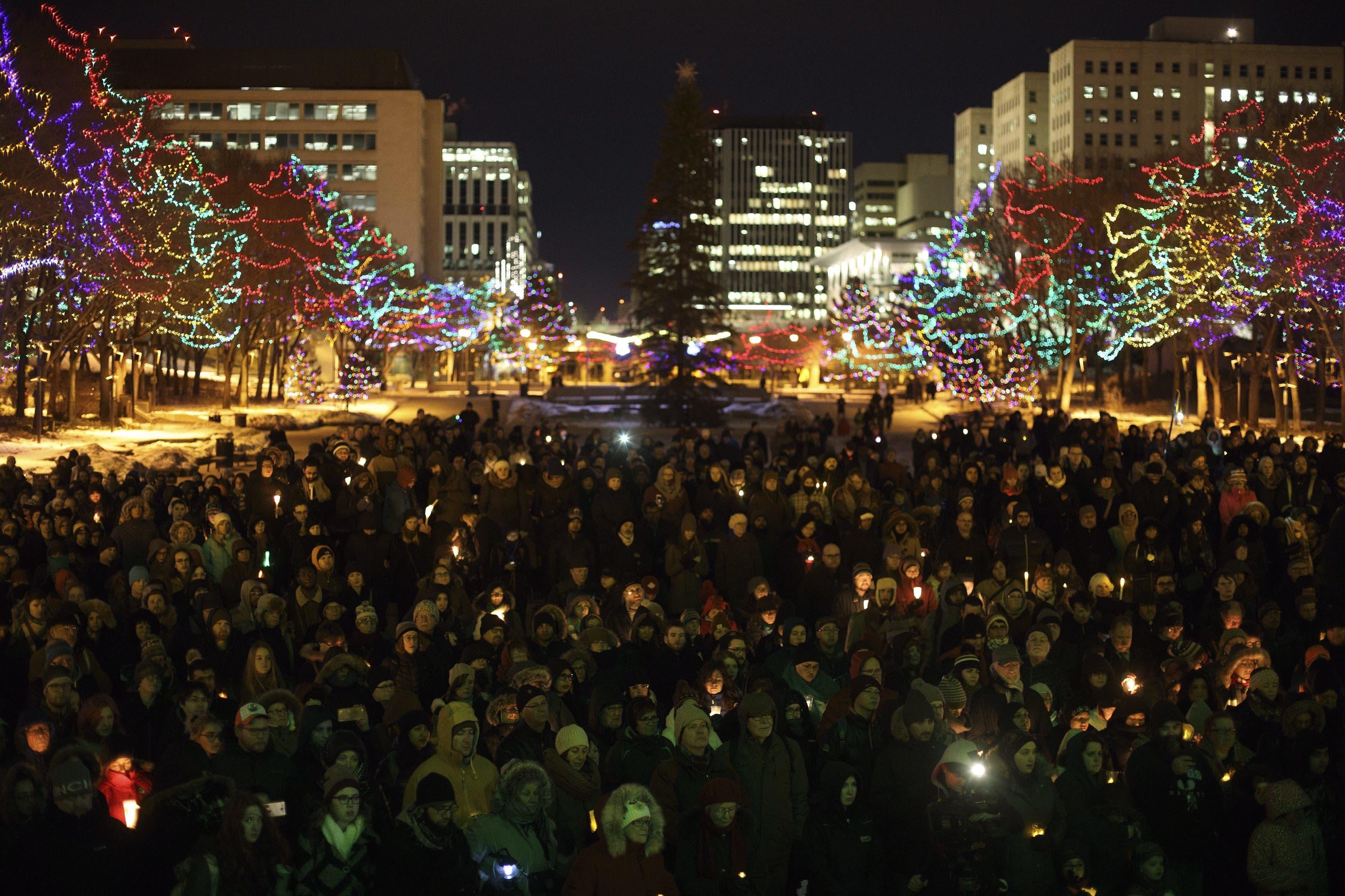 Tausende Menschen gingen nach dem Anschlag eines 27-jährigen Studenten auf eine Moschee in der Stadt Québec auf die Strasse.