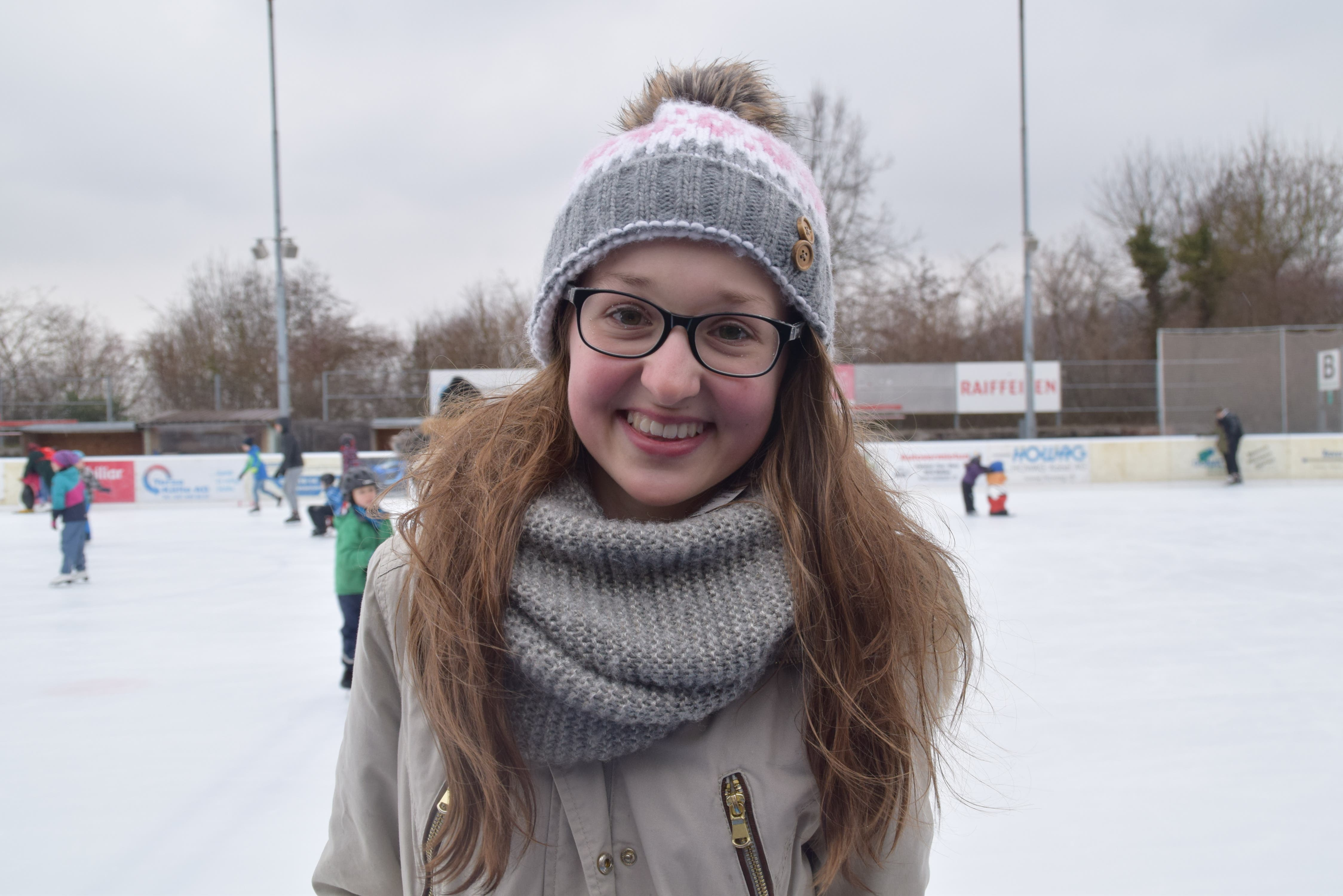 Fabienne (14), Wohlen «Die alte Eisbahn werde ich nicht vermissen. Ich freue mich sehr auf die neue Bahn. Dass es ein Dach gibt, finde ich super, vor allem an Tagen wie heute, an denen es regnet und windet.»