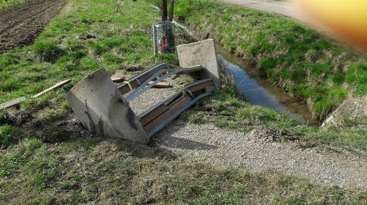 Zerstörungswut mit Dumper gefrönt: Unbekannte fahren Sitzbank und Robidog platt