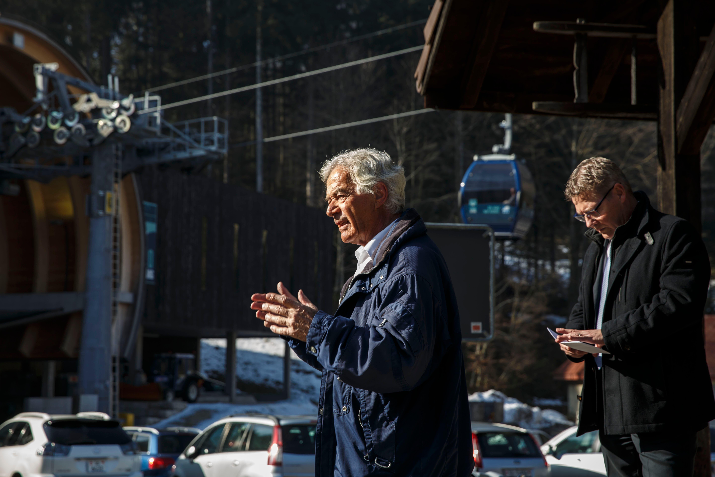 Die PK fand am Bahnhof Oberdorf statt Alt-Regierungsrat Walter Straumann und Regierungsrat Roland Fürst