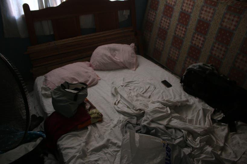 Germán und ein Kumpel räumen die Fischernetze weg, damit Lea und ich einen Platz zum Schlafen haben.