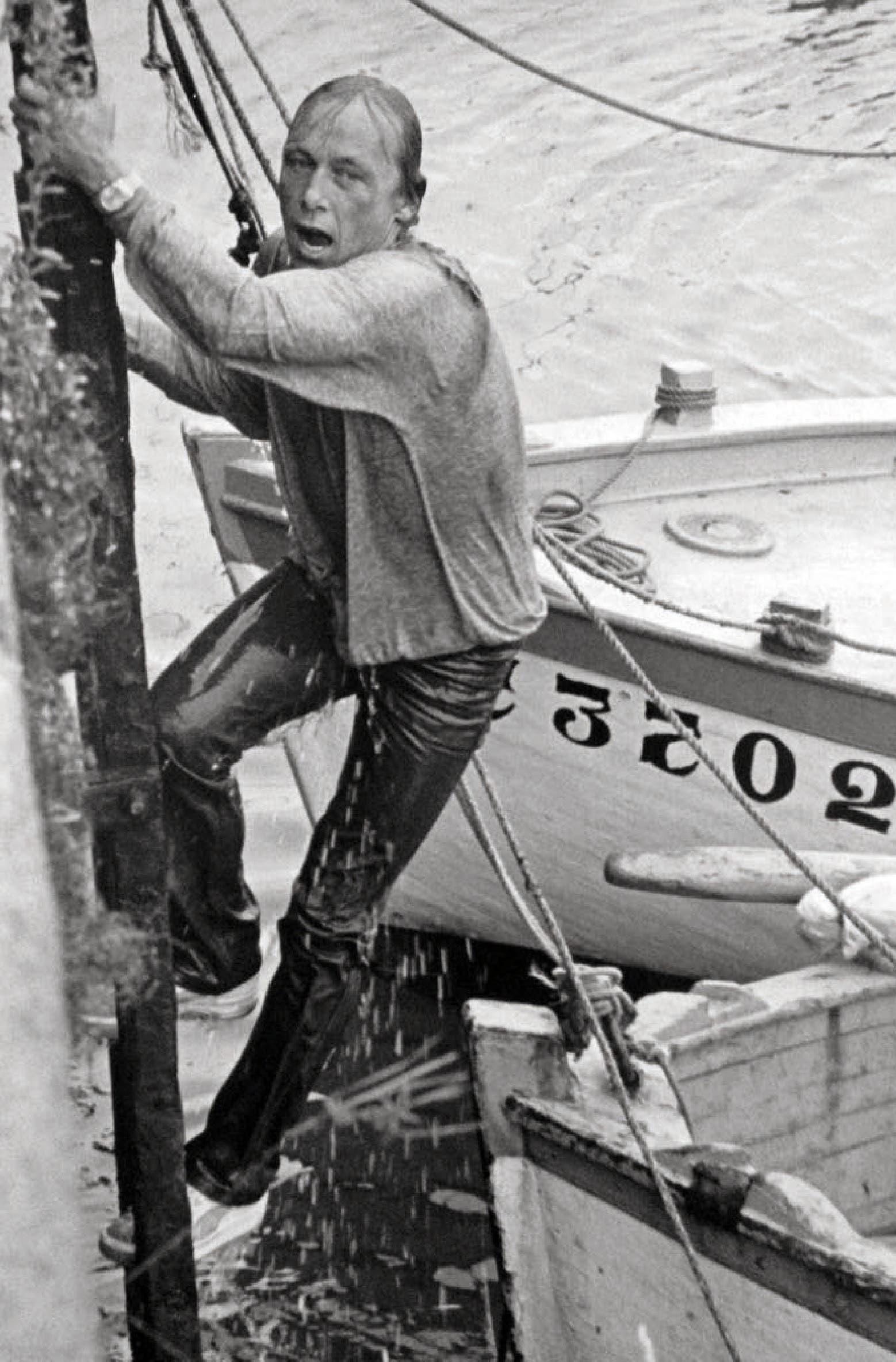 Folge 27 von «Ein Fall für Zwei»: Matula nimmt diverse Bäder im kalten Hafenwasser von Quiberon.