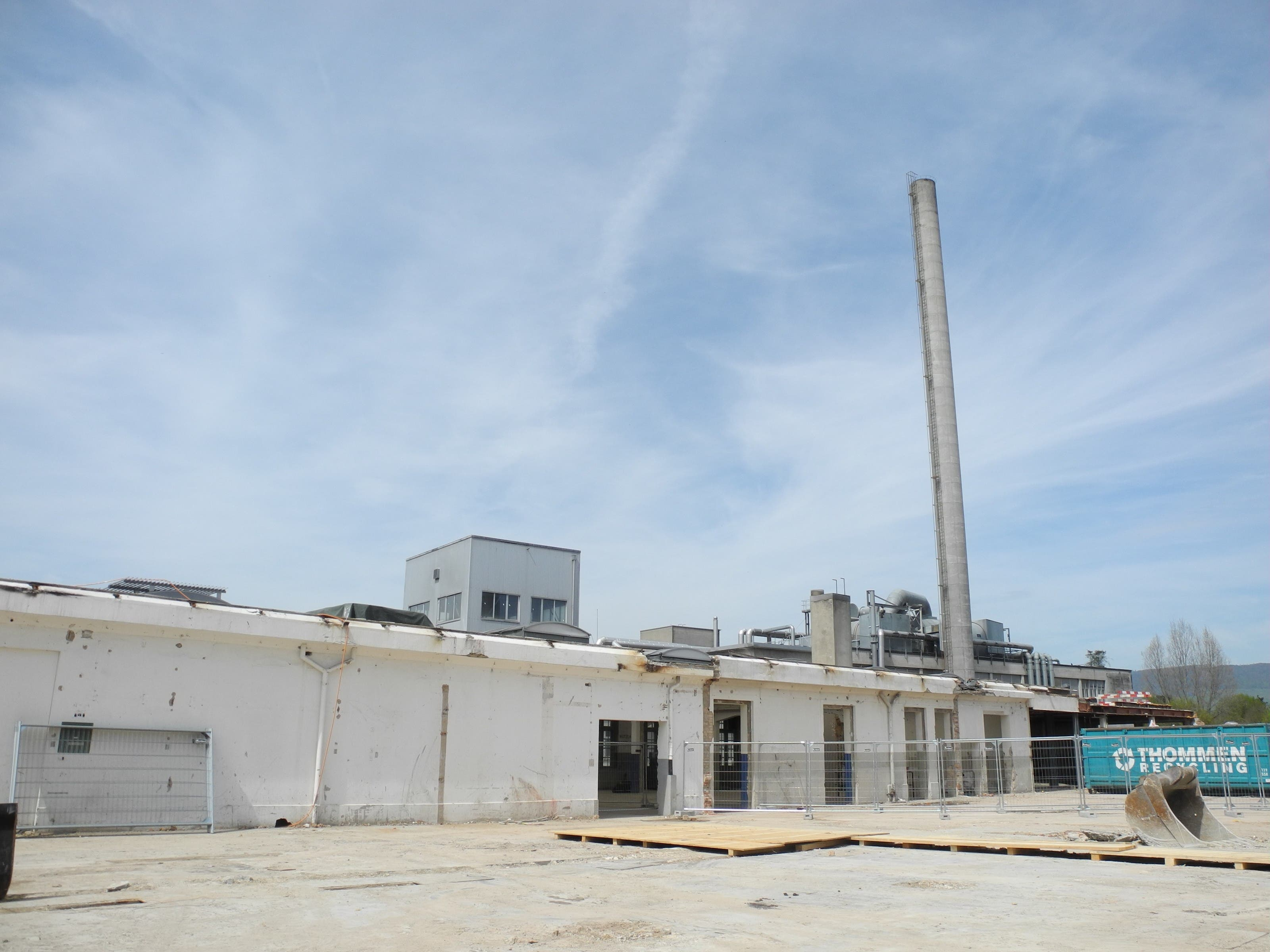 Weil er zu nahe an der Lüssel und an einem Gebäude steht, das erhalten bleiben soll, wird der zweite Turm nicht gesprengt, sondern Stück für Stück abgetragen. Dazu wird er von innen aufgeschnitten.