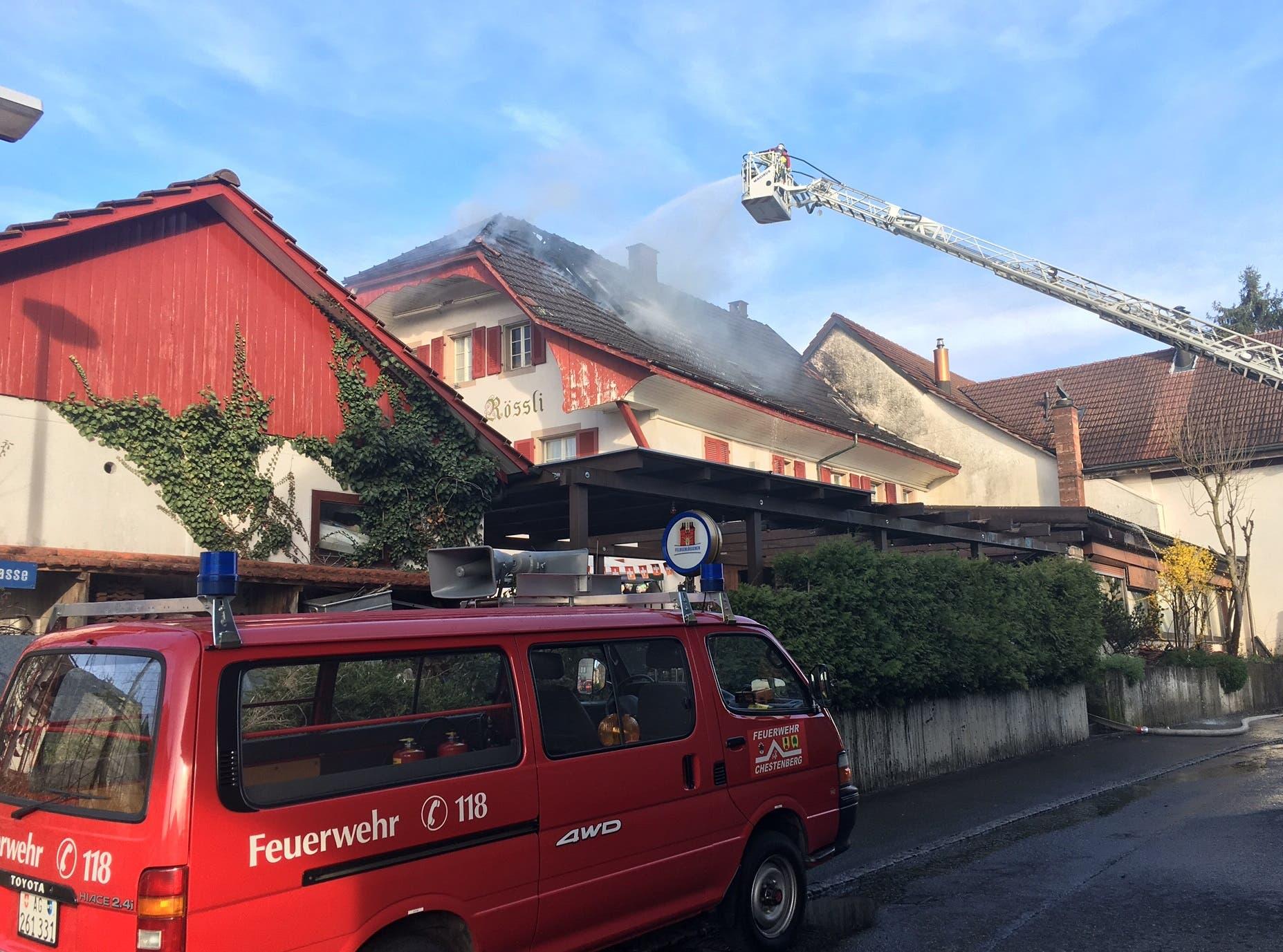 Merhere Feuerwehren standen im Einsatz. Der Wirt wollte den Brand noch selbst löschen, musste dann aber mit Verdacht auf eine Rauchgasvergiftung vorsorglich ins Spital gebracht werden.
