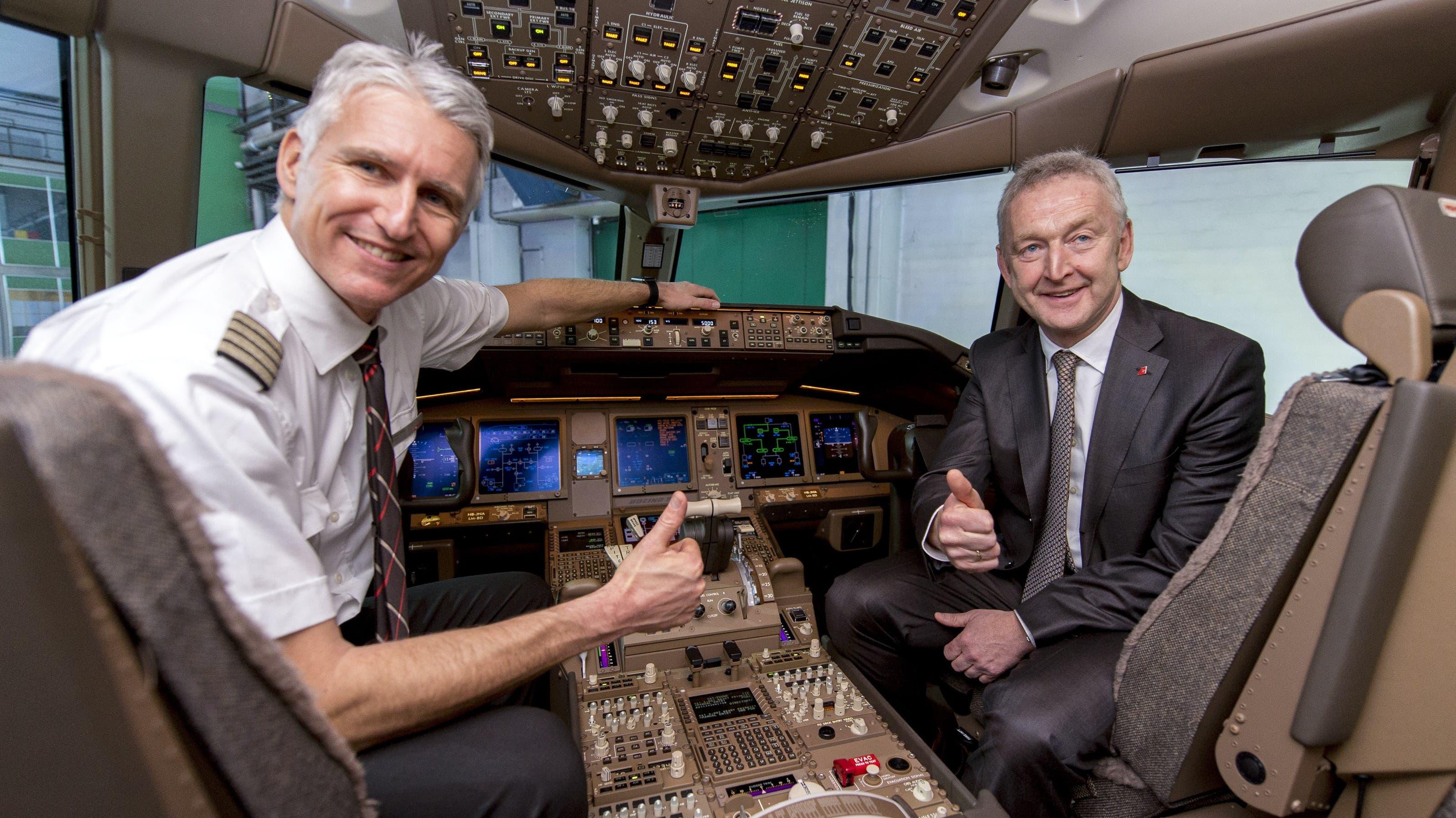 So siehts im Inneren des neuen Swiss-Aushängeschilds aus: Pilot Andreas Boner flog die «777» von den USA in die Schweiz. Auf dem Sitz des Co-Piloten sitzt der neue Swiss-CEO Thomas Klühr.