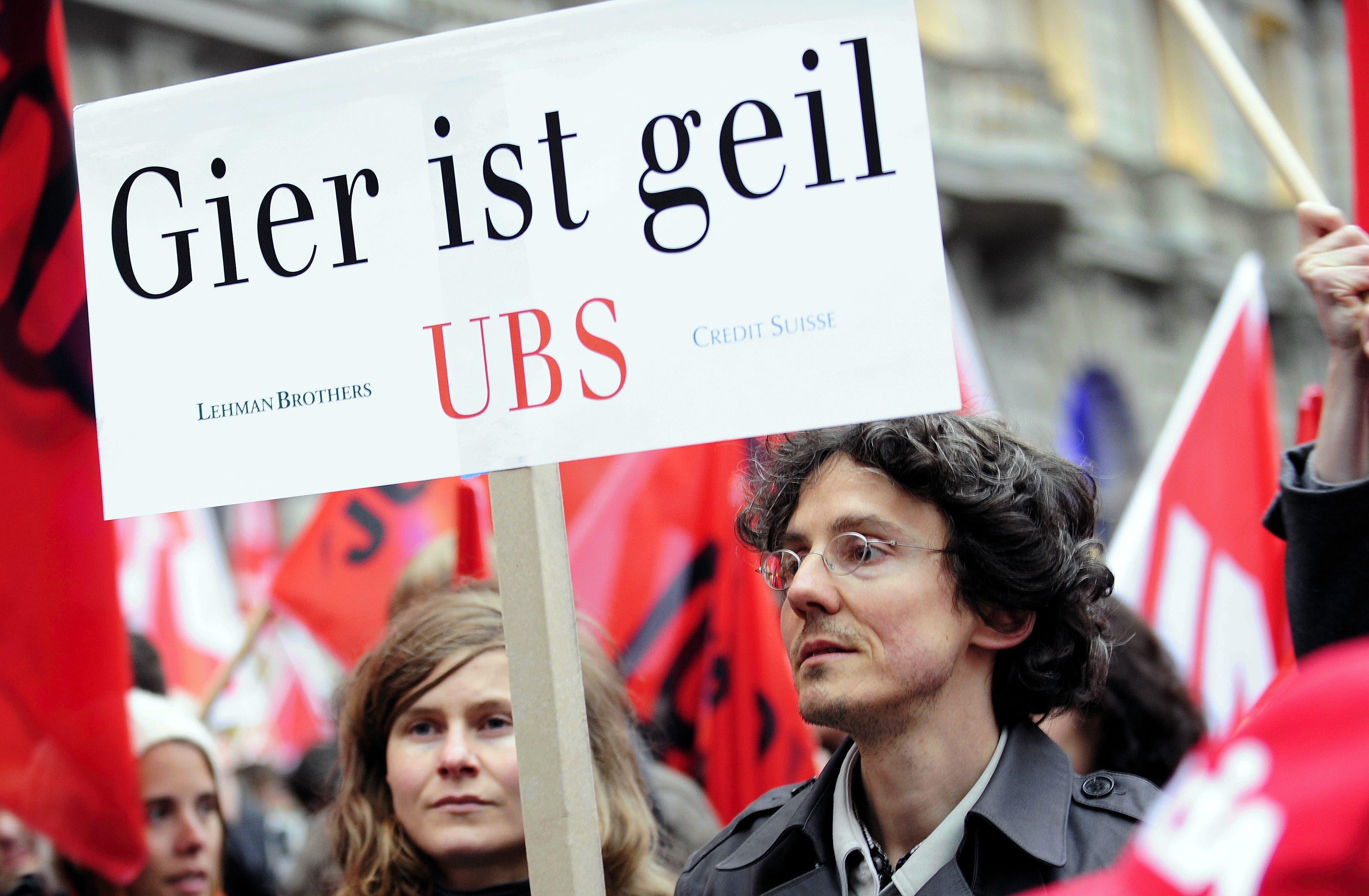 UBS-Rettung: Steuergelder für die Wirtschaft? Kein Verständnis Die UBS brachte die Schweiz im Oktober 2008 gefährlich nah an den Abgrund: Die Grossbank hatte in den Jahren zuvor in einer von Grössenwahn getriebenen Strategie ihre Bilanzsumme auf das Vierfache des schweizerischen Bruttoinlandprodukts aufgebläht, ehe die globale Finanzkrise sie hart traf. Der Bundesrat erklärte die UBS für «too big to fail» – und griff ihr mit dutzenden Milliarden Franken unter die Arme.