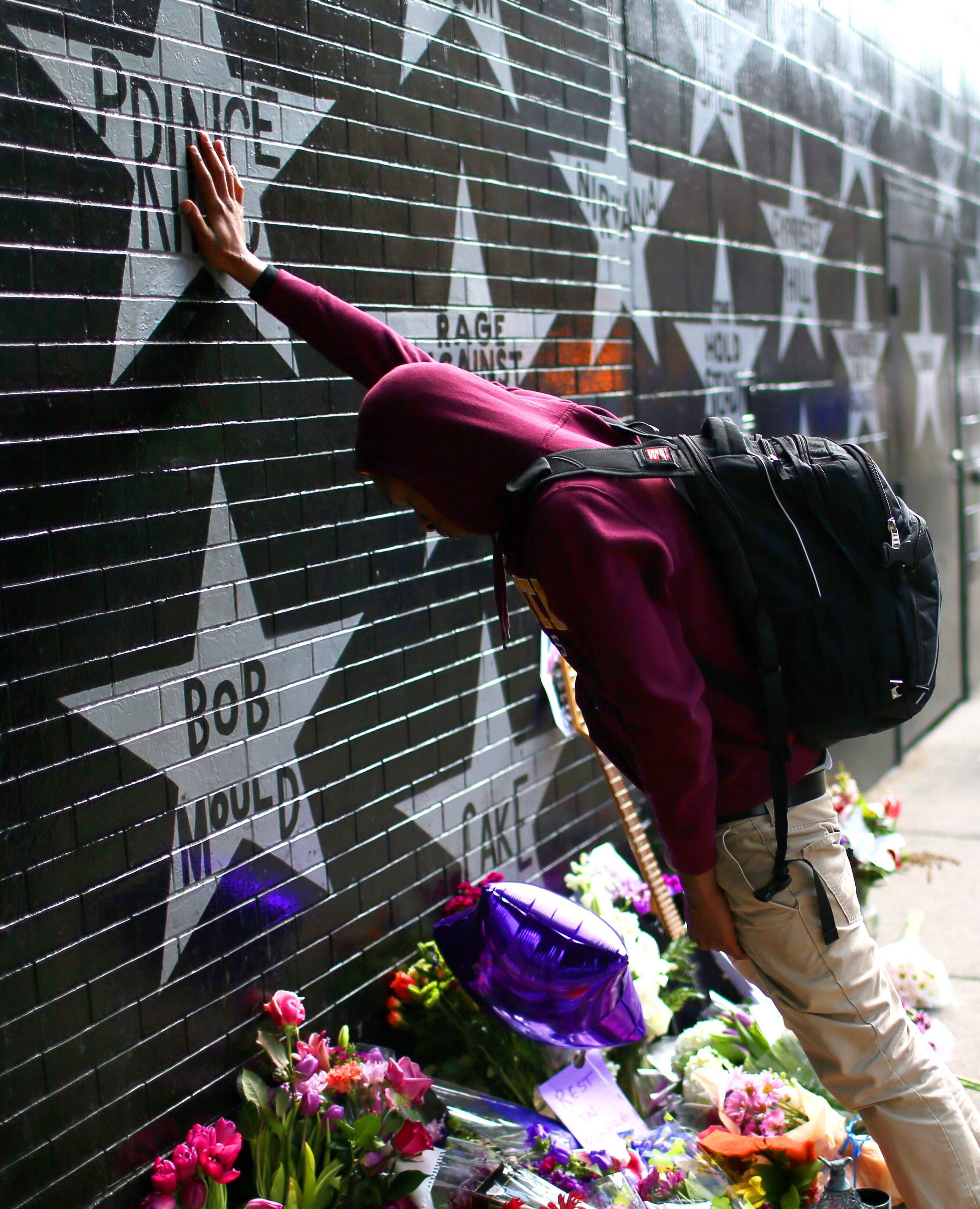 Terrance May, ein Musiker mit dem Künstlernamen «May Millions», trauert um Prince an einem Denkmal vor dem «First Avenue»-Club in Minneapolis.