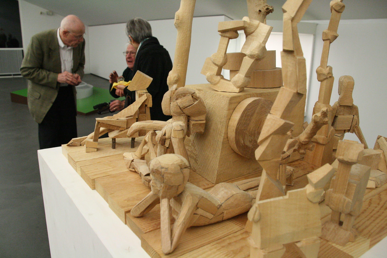 Es ist ein Blickfang Von René Odermatt das Modell für ein Freilichtmuseum aus Holzreststücken.