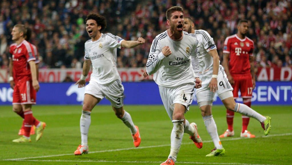 Der Captain von Real Madrid, Sergio Ramos, jubelt mit seinen Mitspielern über das zweite Tor der Spanier.