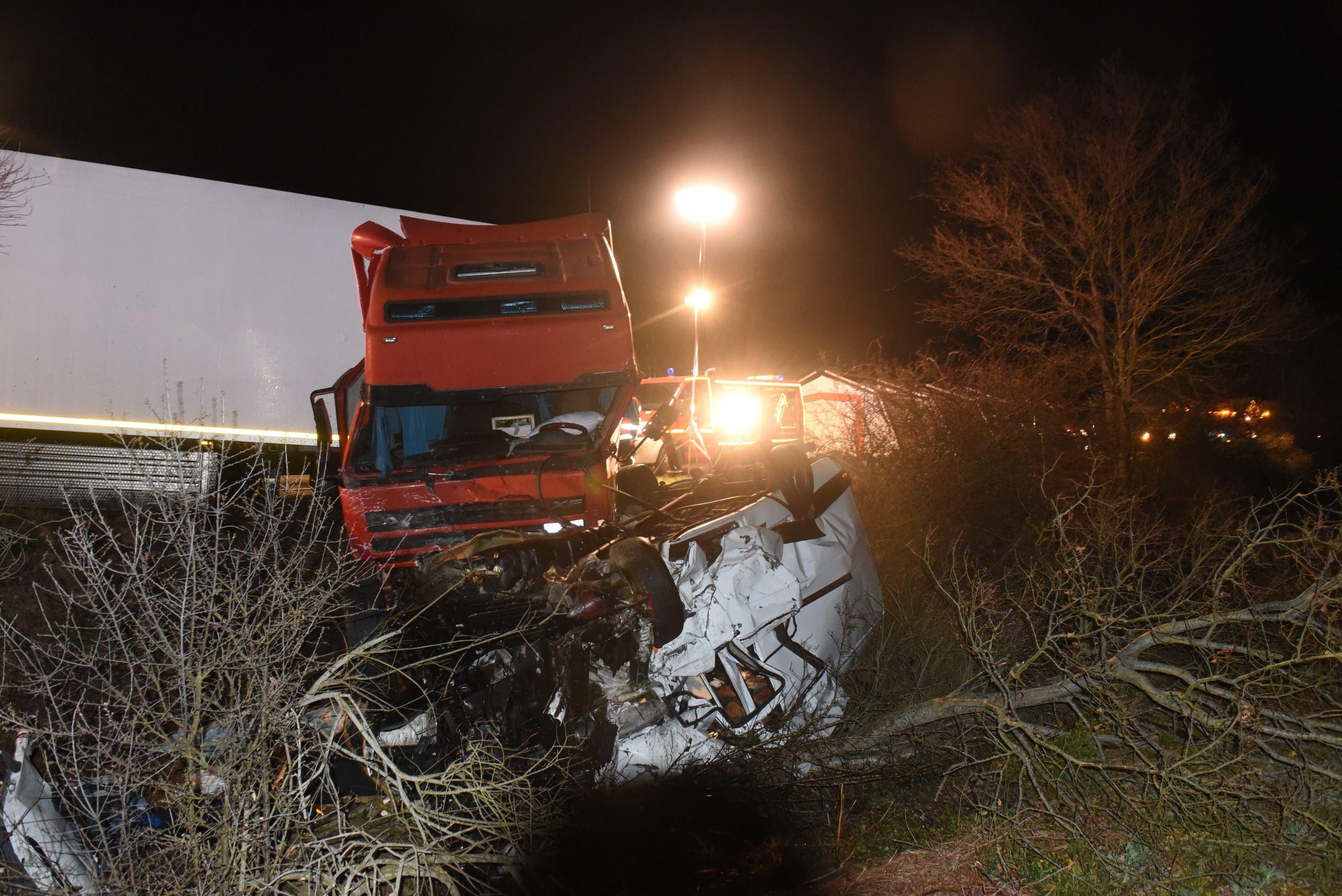 Der Minibus kollidierte auf einer französischen Regionalstrasse bei der Kleinstadt Moulins mit einem Lastwagen. Die Unfallursache blieb unklar.