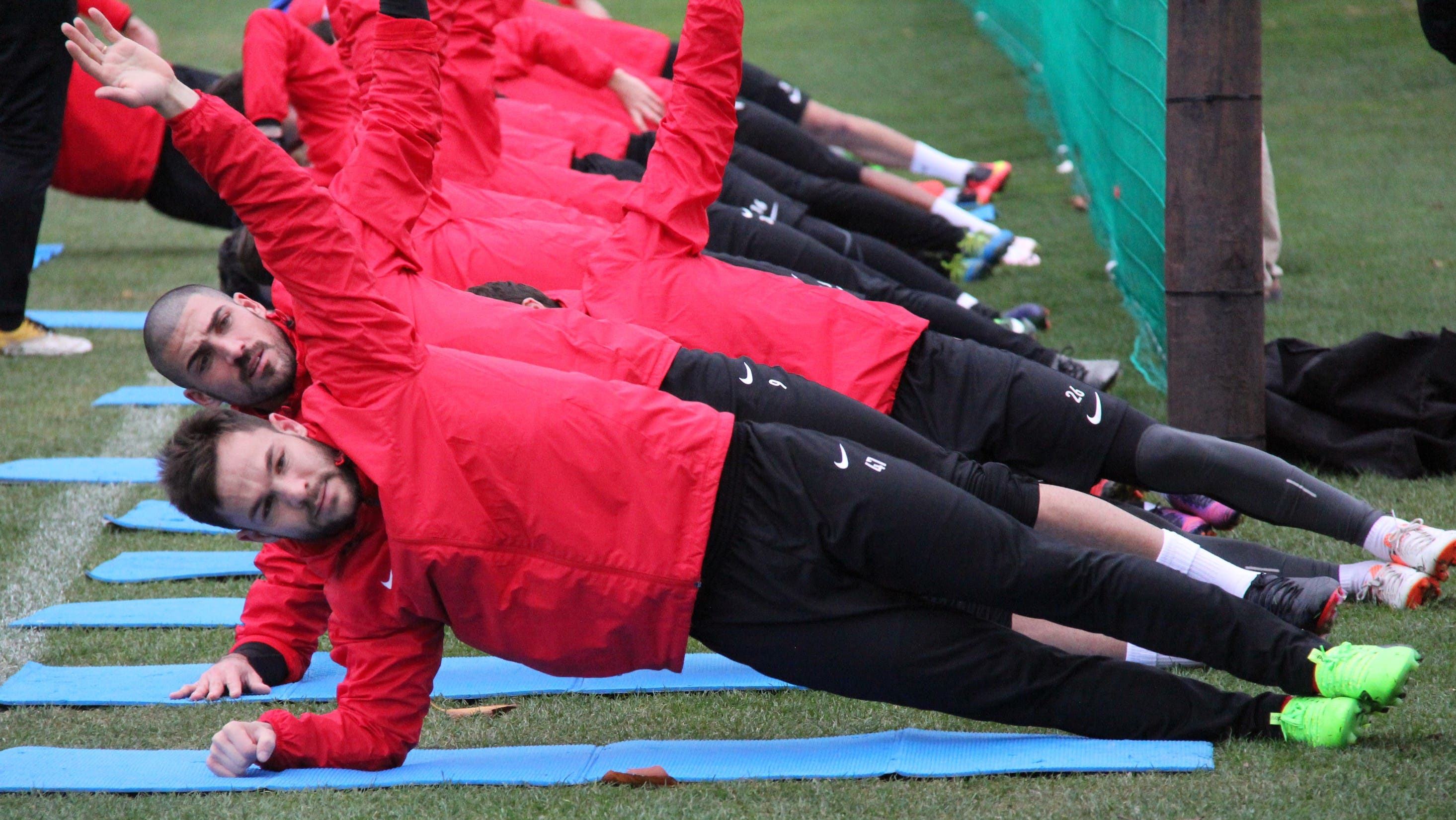 Wintertrainingslager des FC Aarau 2017 Patrick Rossini (vorne) und Alessandro Ciarrocchi während der Stabilisationsübungen