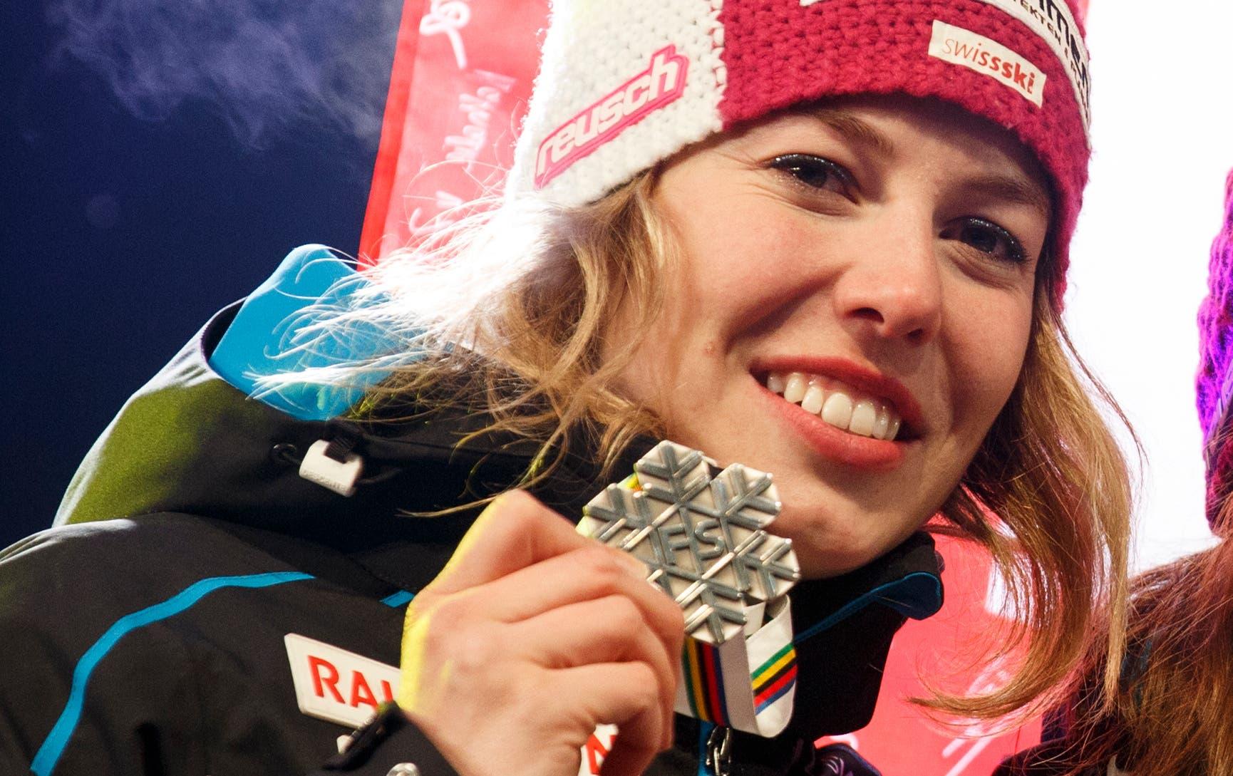 Michelle Gisin: Silber in der Kombination Wer eine grosse Schwester hat, die auch ein Ski-Star war und erst noch Olympiasiegerin, der hat es schwer. In St. Moritz ist Michelle Gisin erstmals aus dem Schatten von Dominique Gisin herausgetreten. Silber in der Kombination. Stark auch in der Abfahrt. Die quirlige 23-Jährige ist ein Versprechen für die Zukunft. Oder schon für den Slalom vom Samstag?