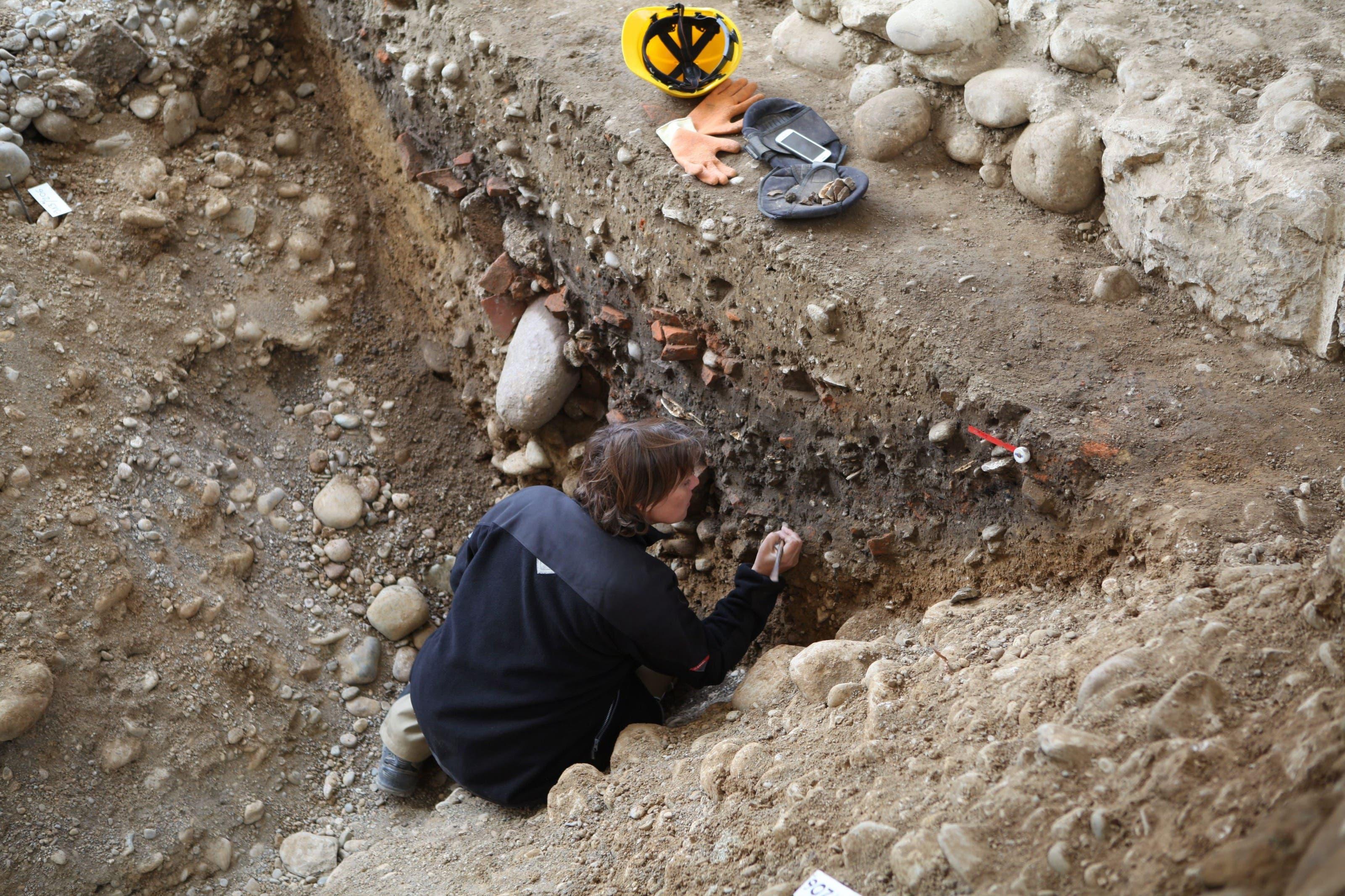 Der Spitzgraben: Die Legionäre verfüllten den Verteidigungsgraben nach ihrem Abzug mit Abfall – eine reiche Quelle für Archäologen und Archäologinnen.