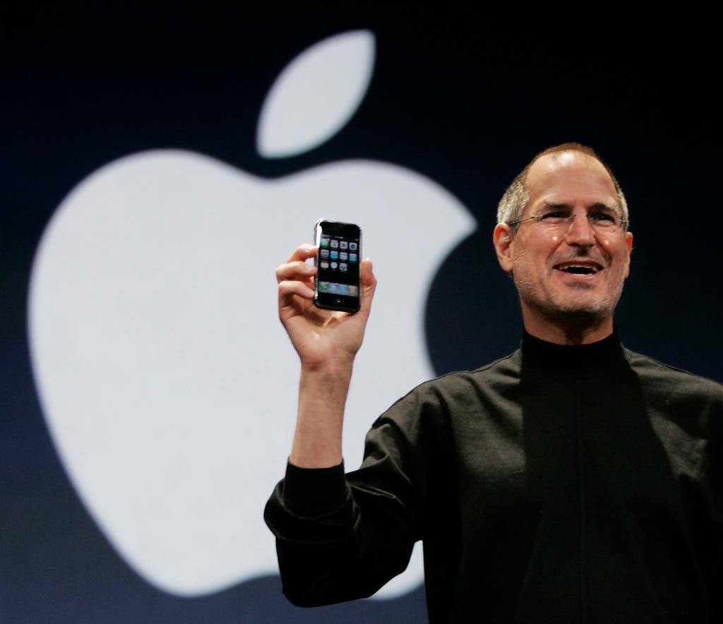 2007 präsentiert Steve Jobs, der damalige und inzwischen verstorbene CEO und Mitbegründer von Apple, das iPhone 1 mit den Worten «Heute erfindet Apple das Telefon neu». Was heute fast schon lächerlich wirkt, war damals revolutionär: 2 Megapixel-Kamera, bis zu 16GB Speichervolumen, Touchscreen und Internetverbindung per EDGE. In den ersten zwei Tagen wurden gut 270'000 iPhones verkauft.