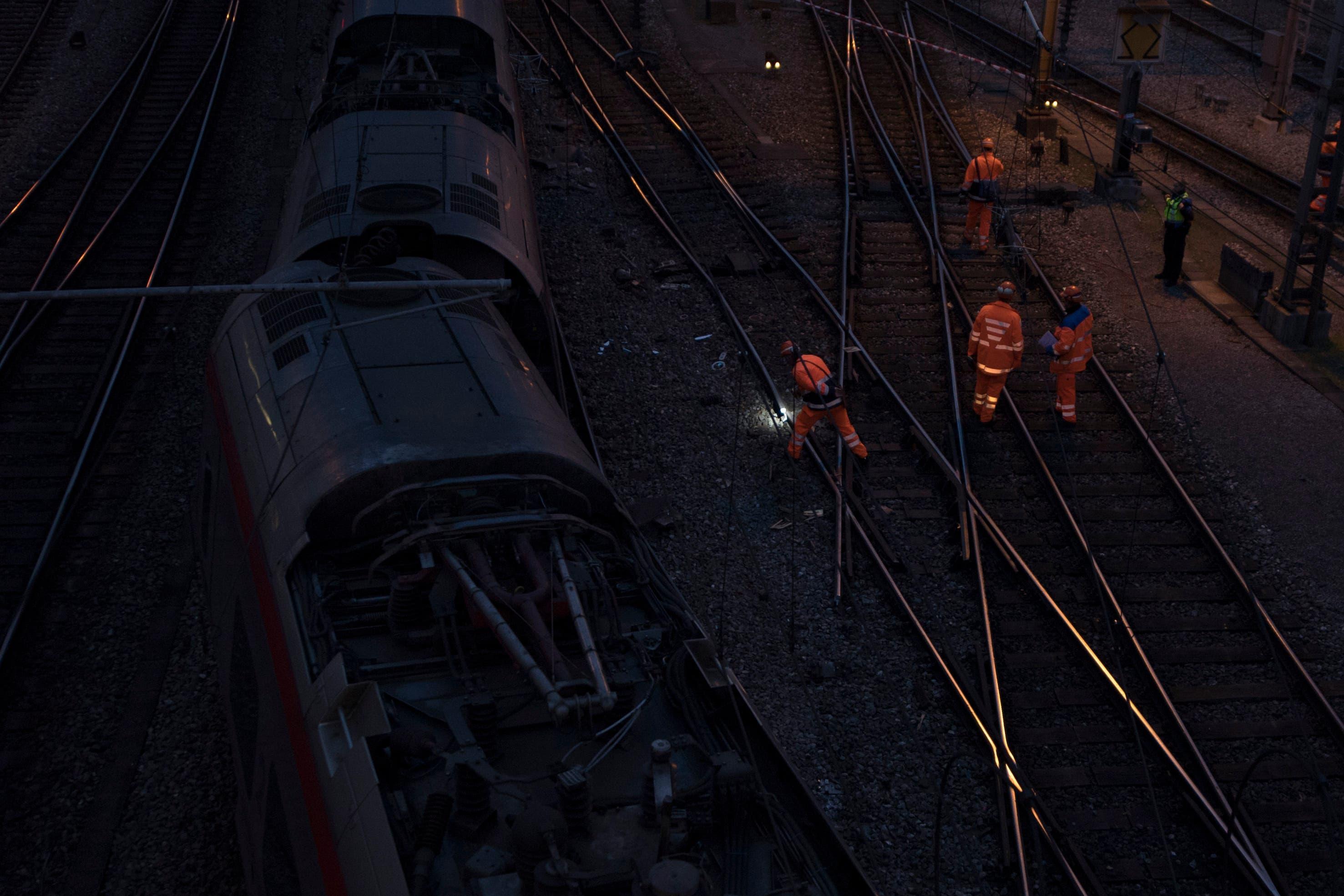 Die Bergung des Zuges ist kompliziert - der Bahnhof Luzern bleibt voraussichtlich bis am Freitag gesperrt.