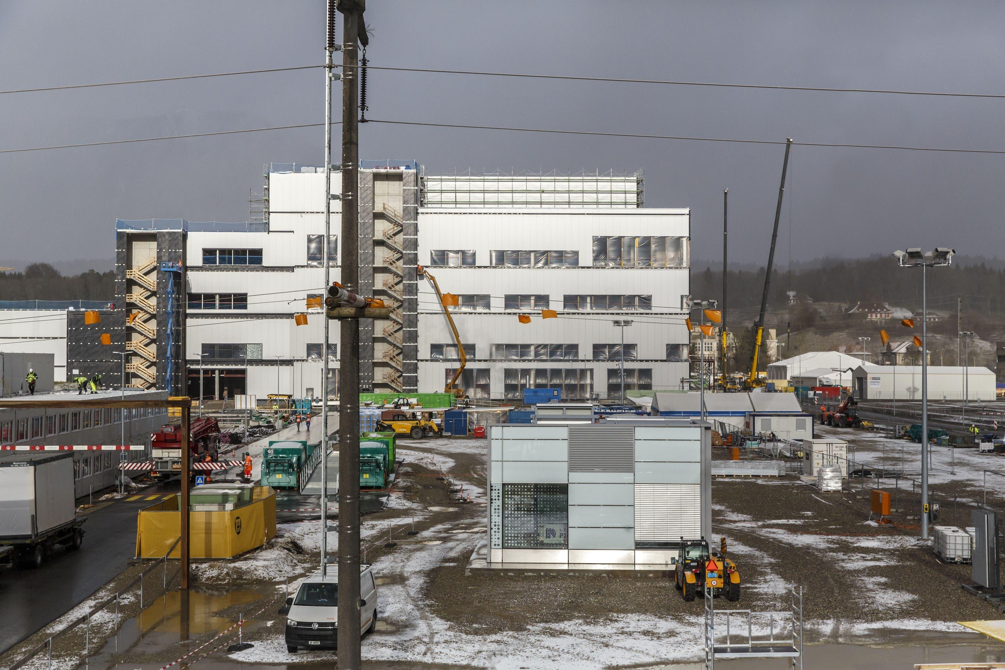 In nur einem Jahr ist auf dem brachliegenden Areal der ehemaligen Zellulosefabrik in Luterbach ein riesiger, 40 Meter hoher Produktionskomplex hochgezogen worden.