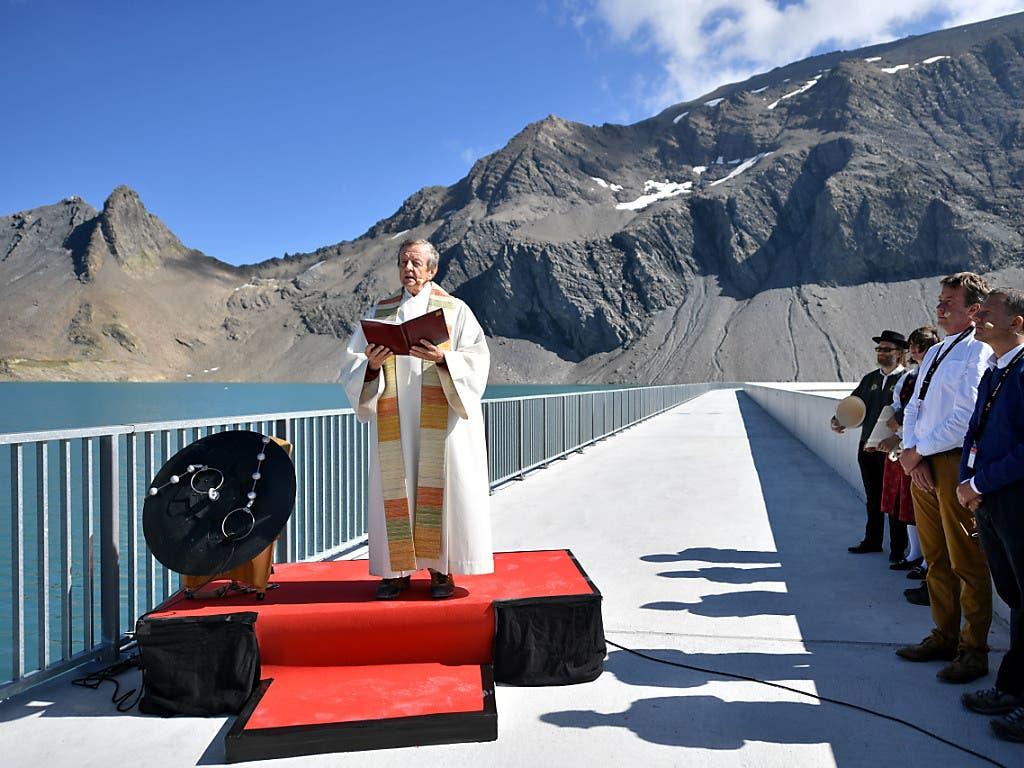 Josef Kohler, Pfarrer der Gemeinde Glarus Süd, segnet die neue Muttsee-Staumauer des Pumpspeicherwerks Limmern im Kanton Glarus. Die längste Staumauer der Schweiz liegt auf 2500 Metern über Meer und ist damit die höchstgelegene Europas.