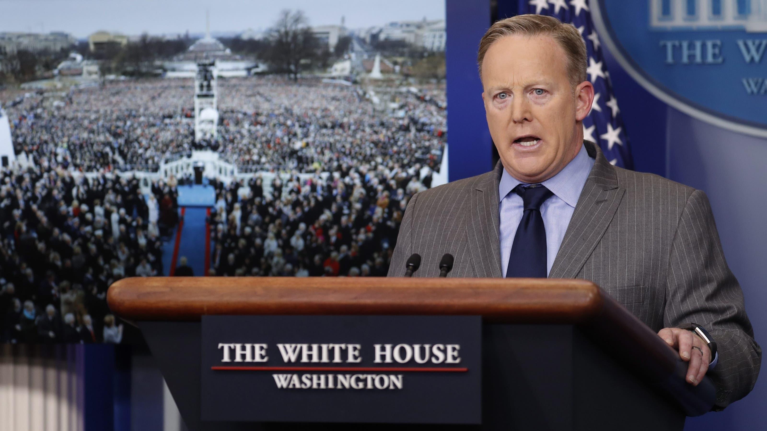 Trump ist verärgert und schickt Sprecher Sean Spicer vor, um gegen die Medien zu wettern. Während Trump eine Rekordanzahl Zuschauer zur Amtseinführung gesehen hat, haben die Medien einen Bruchteil davon ausgemacht. epa05740089 White House press secretary Sean Spicer delivers his first statement in the Brady press briefing room at the White House in Washington, DC, USA, 21 January 2017. EPA/SHAWN THEW
