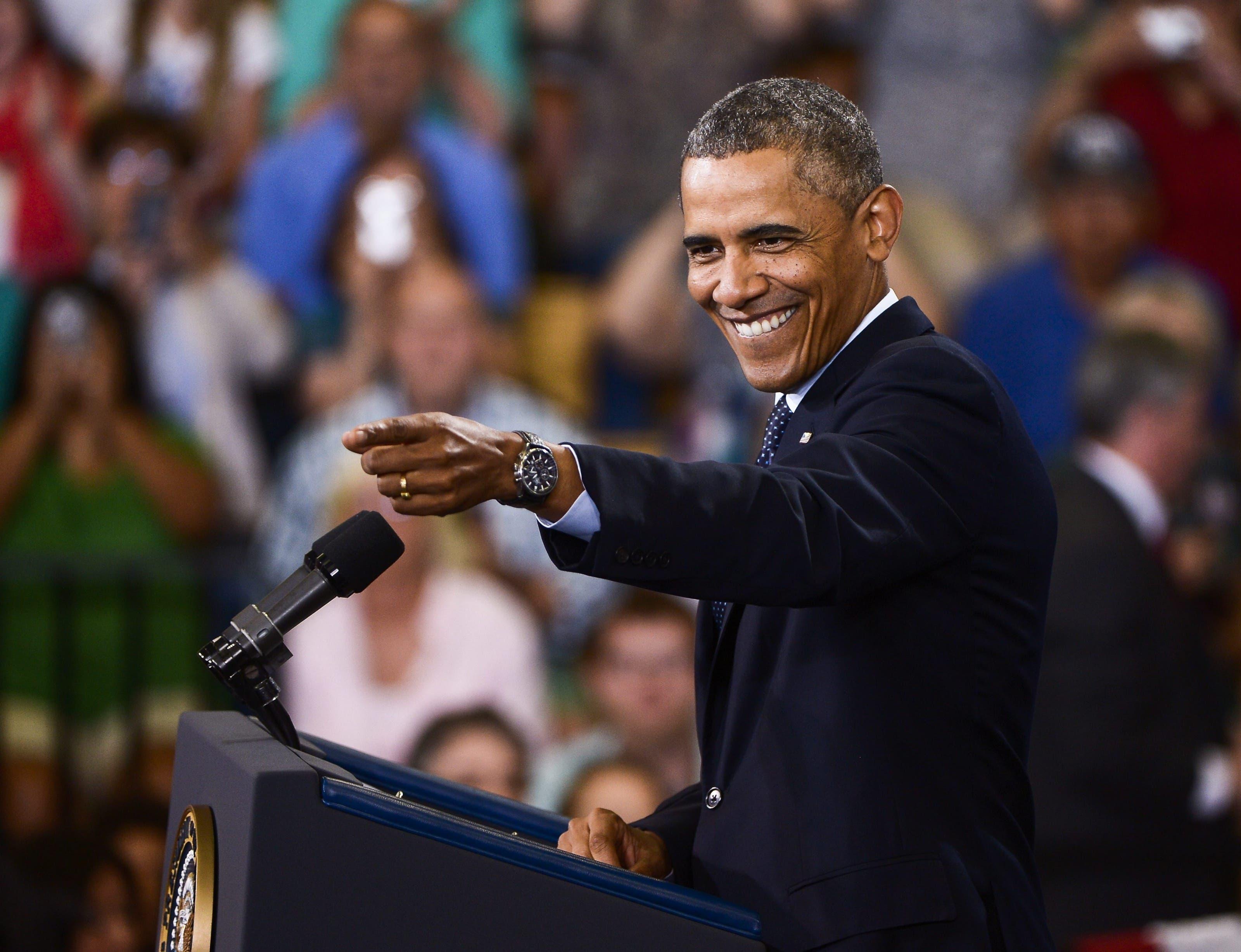 Barack Obama gilt nicht nur das begnadeter Redner, sondern auch als charismatisch. Das hat viel mit seinen Gesten und seinem Mimenspiel zu tun. 22 Bilder aus seiner Präsidentschaft, die davon zeugen. Obama zeigt vor einer Rede in Galesburg( Illiois) ins Publikum – mit einem ansteckenden Lachen. (24. Juli 2013)