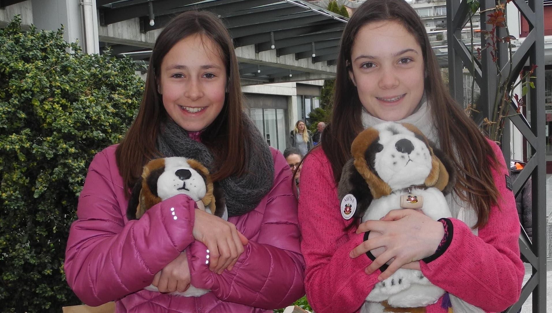 «Seraina (12) und Filippa (14) waren als fleissige Helferinnen damit beschäftigt, Tombola-Lose zu verteilen.