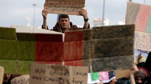 Flüchtlinge demonstrieren in Piräus und auf Lesbos