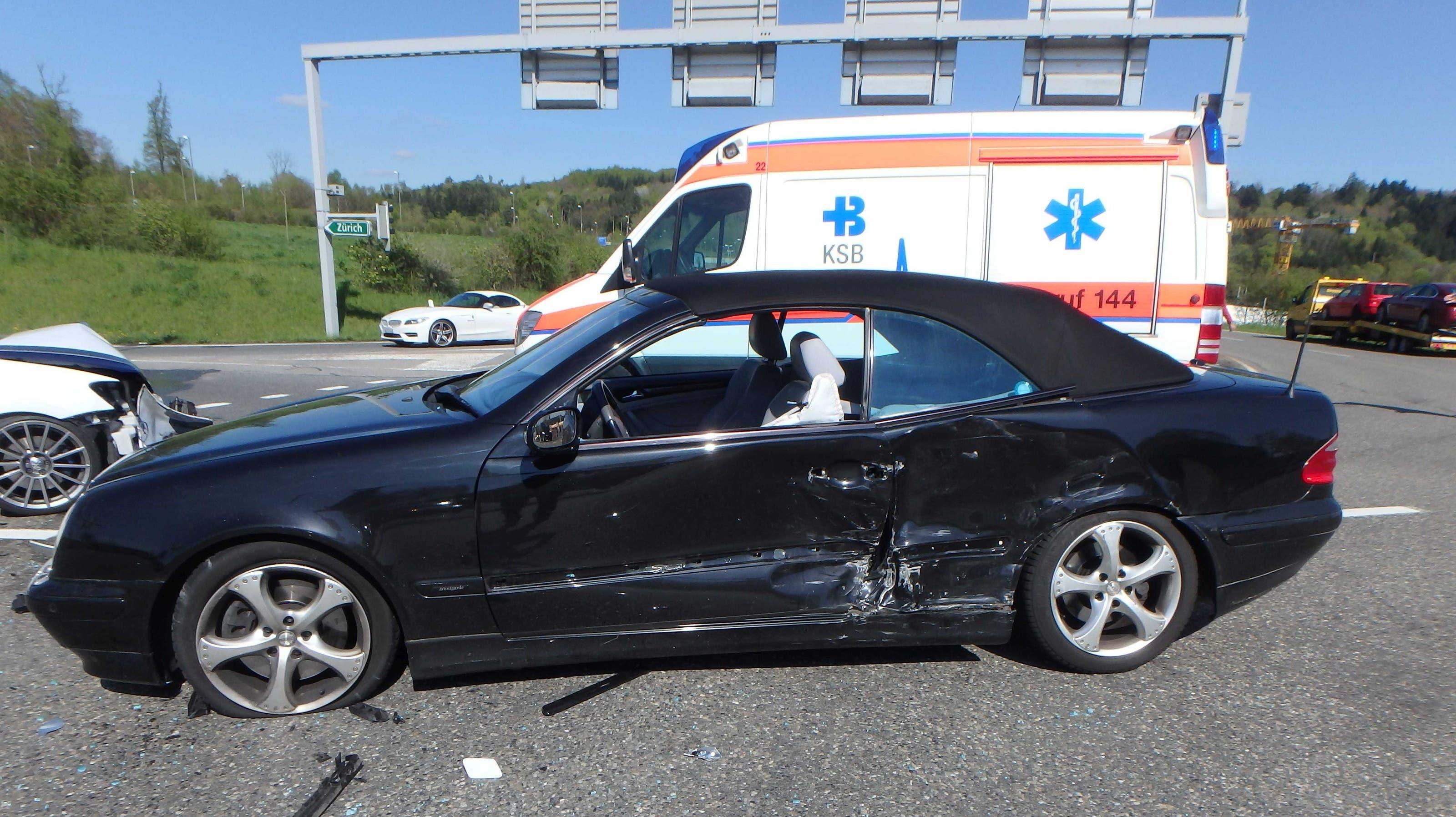 Die Fahrerin des schwarzen Wagens wurde leicht verletzt.