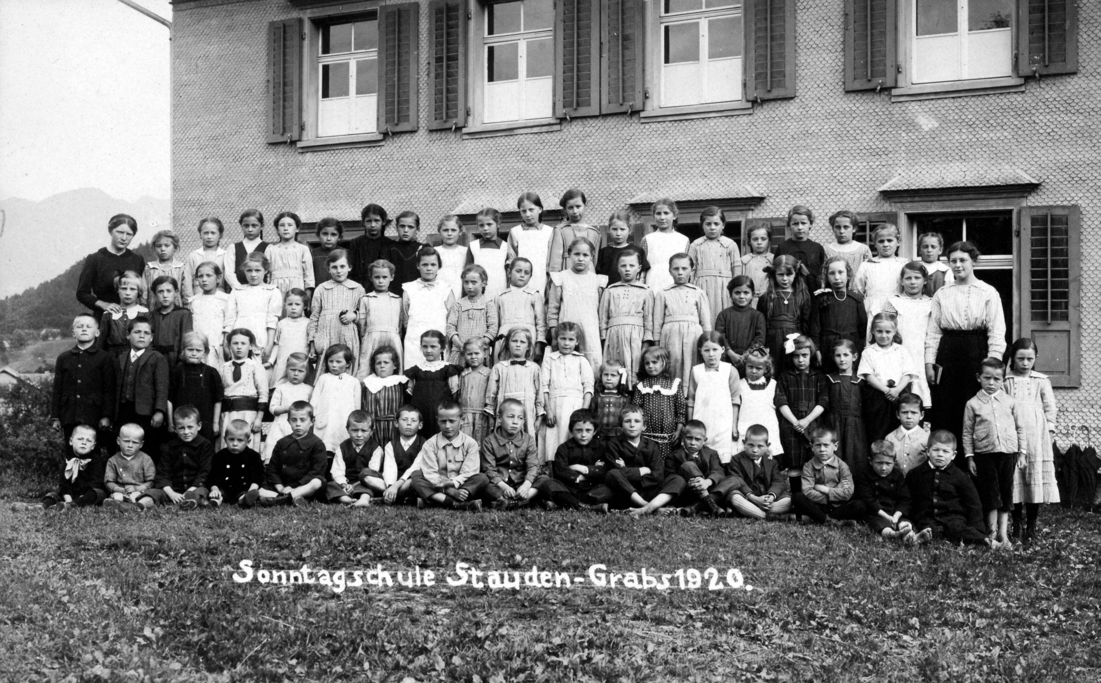 Die Sonntagsschule Stauden in Grabs im Jahr 1920. Die Kleidung der Mädchen war im Vergleich zu 1901 sehr viel heller.