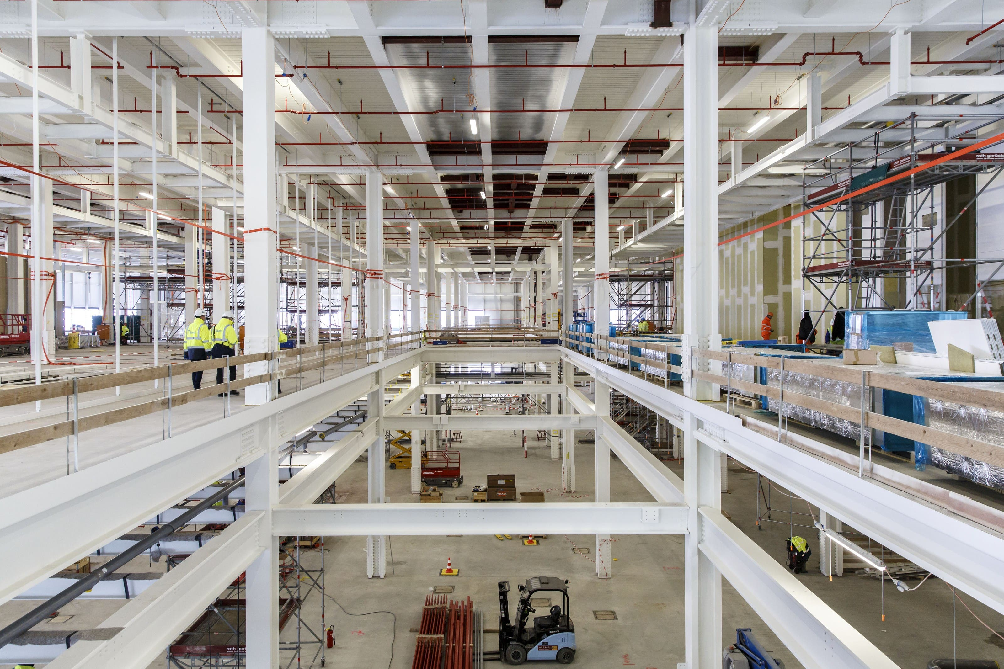 Das Innere des Produktionsgebäudes wird zügig ausgebaut.