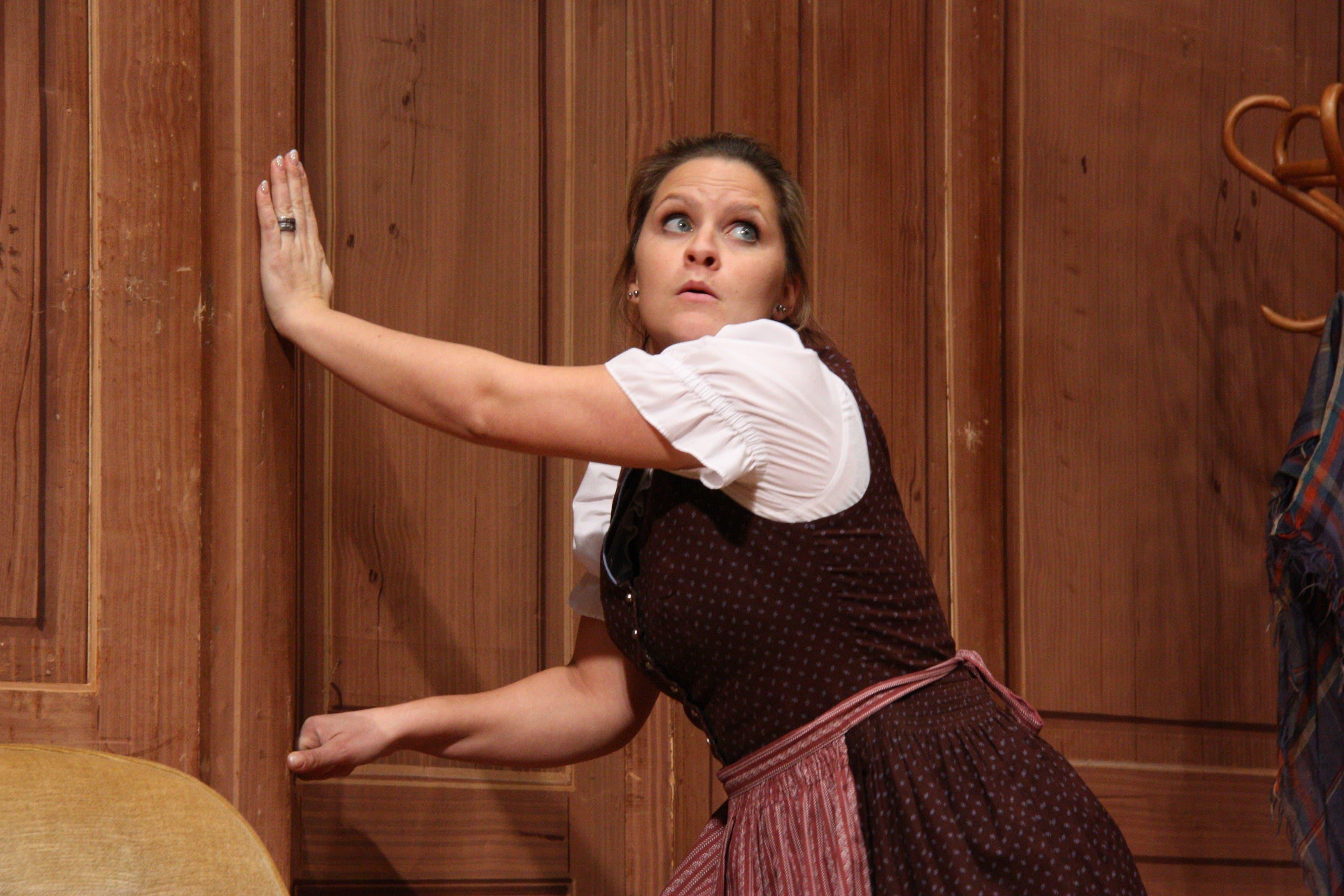 Dorli (gespielt von Nicole Spiess) hat ihre ganz eigenen Vorstellungen davon, wie der Haushalt der Burris geführt werden sollte