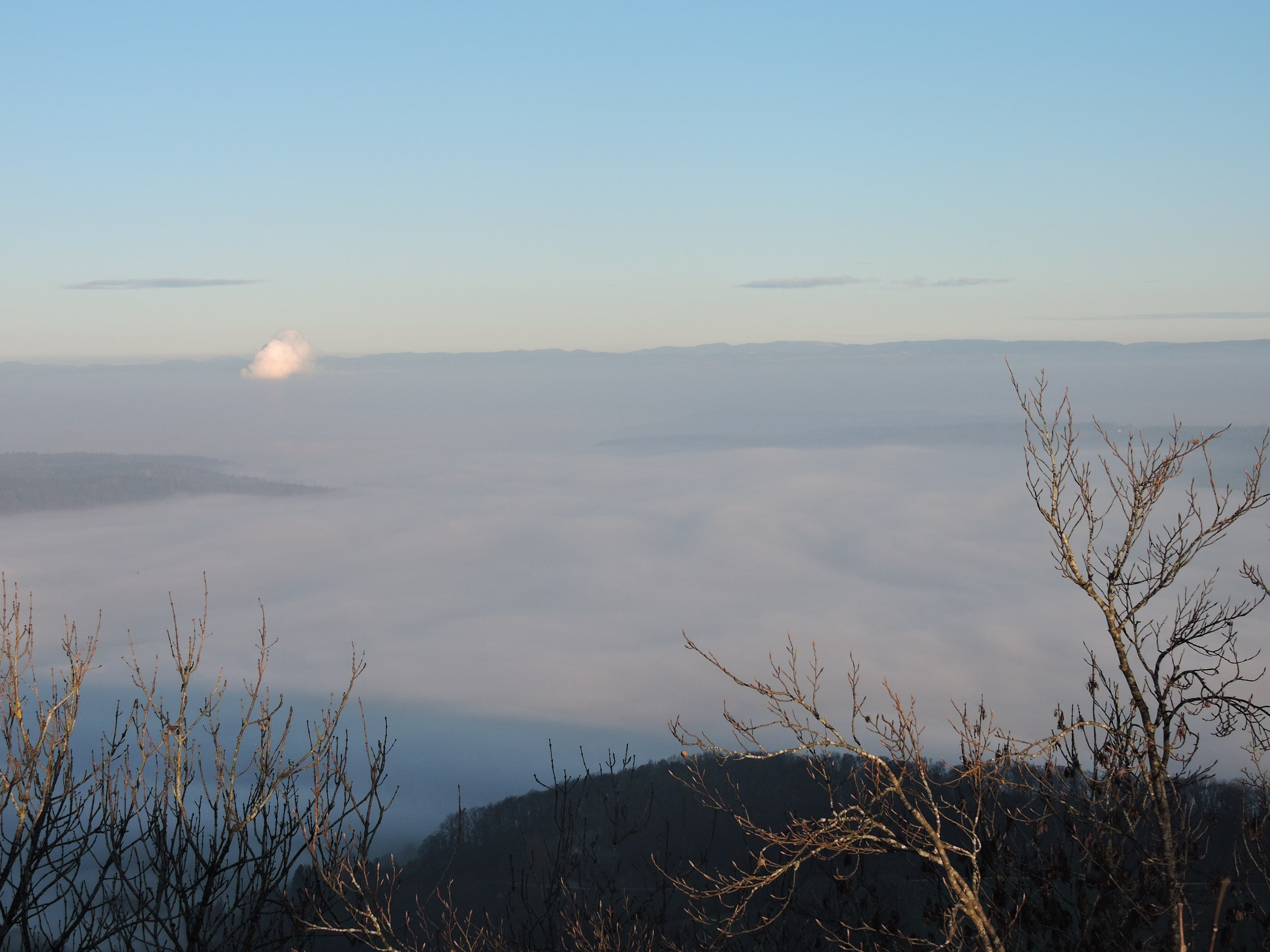 Daniel Weissenbrunner, Redaktor Zurzach-Aaretal Ein Nebelmeer im Morgenlicht, aber wo? Hätten Sie es erkannt? Die Wasserdampfsäule verrät es. Der Blick schweift vom Burghorn oberhalb von Baden nordwärts. In Watte verpackt das Zurzibiet mit seinen Reaktoren Leibstadt sowie Beznau 1 und 2. Es ist das Herz der Kernkraft im Land. Nach dem Nein zum Atomausstieg wird sich daran zumindest vorläufig nichts ändern.