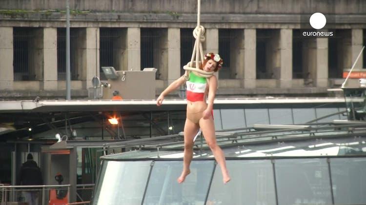 Wegen Todesstrafe: Femen-Aktivistin «erhängt» sich in Paris wegen Rohani