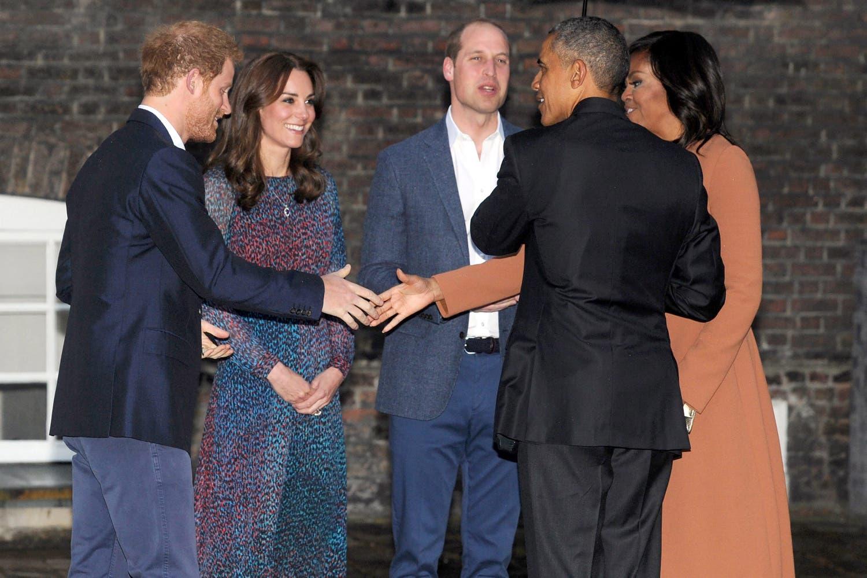 Barack Obama und First Lady Michelle werden von Prinz William, Catherine und Prinz Harry vor einem privaten Dinner begrüsst.