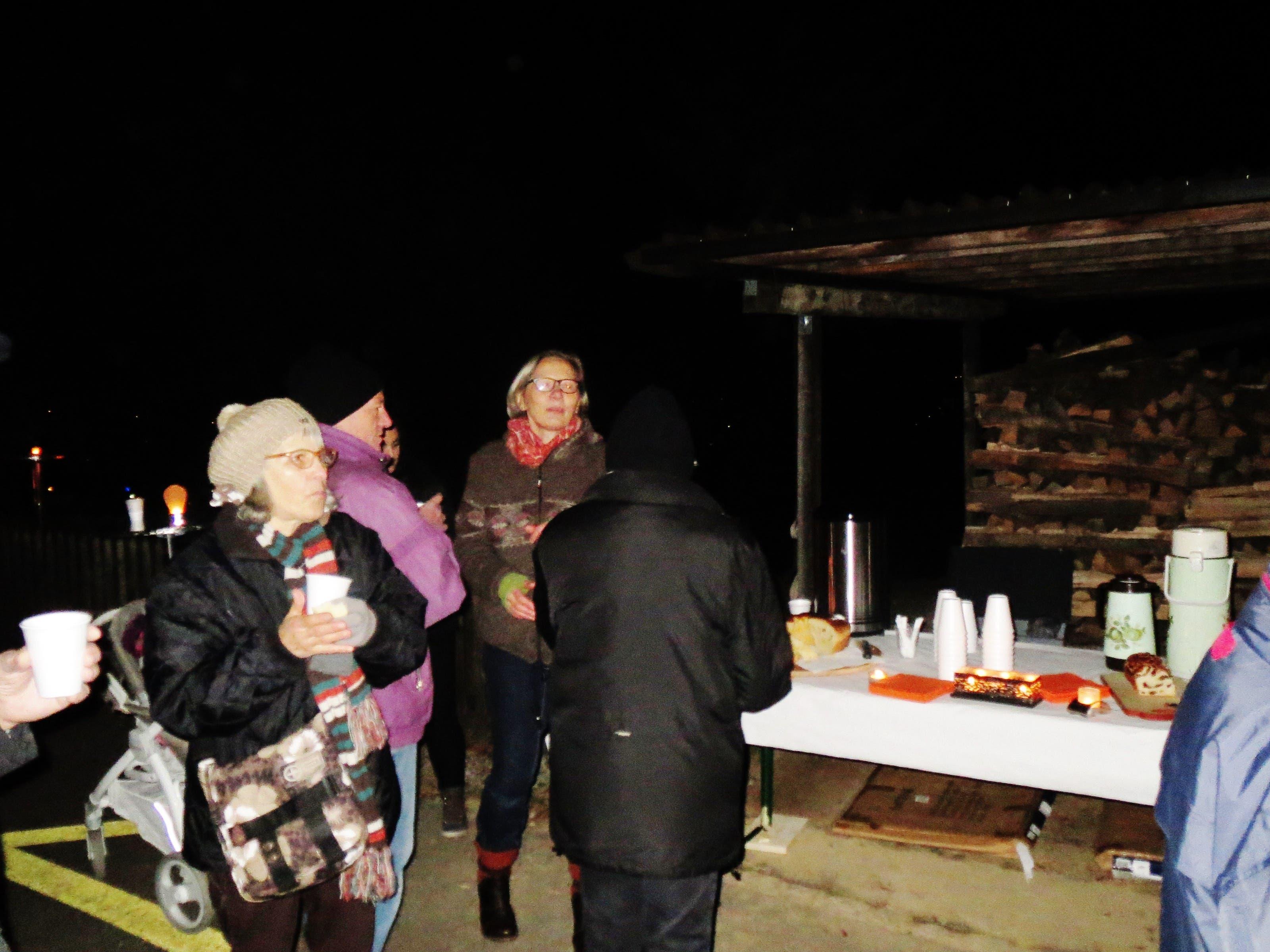 undefined Hildegard Schmückle bedient uns mit Leckereien und Glühwein